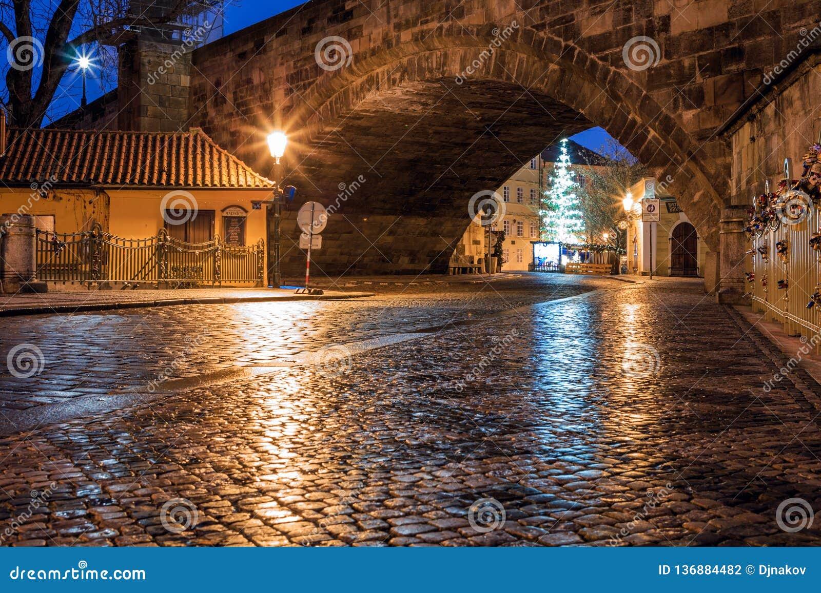 Ranku widok antyczne ulicy miasto Praga