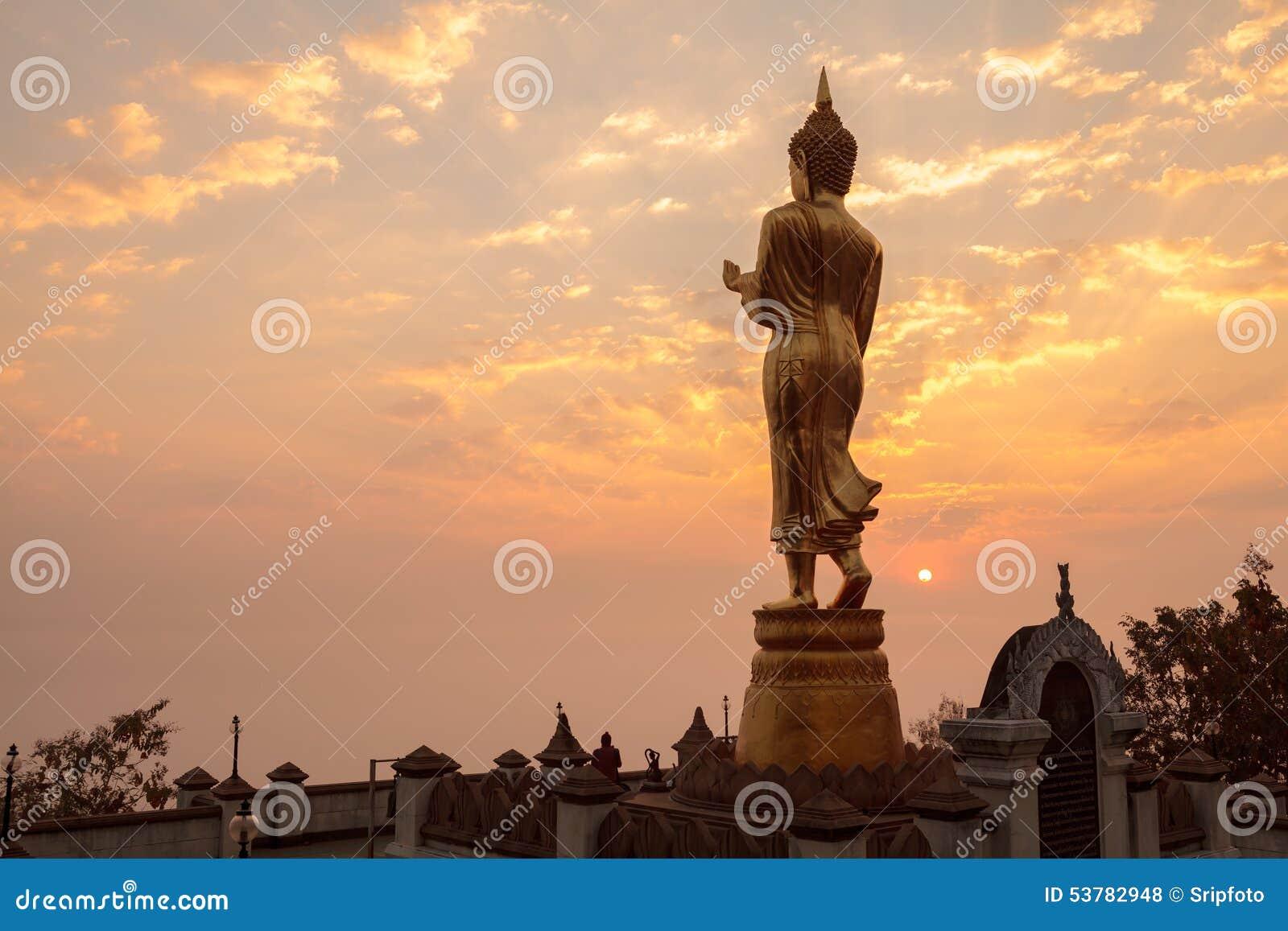 Ranku wschodu słońca Buddha statuy pozycja przy Watem Phra Ten Khao Noi