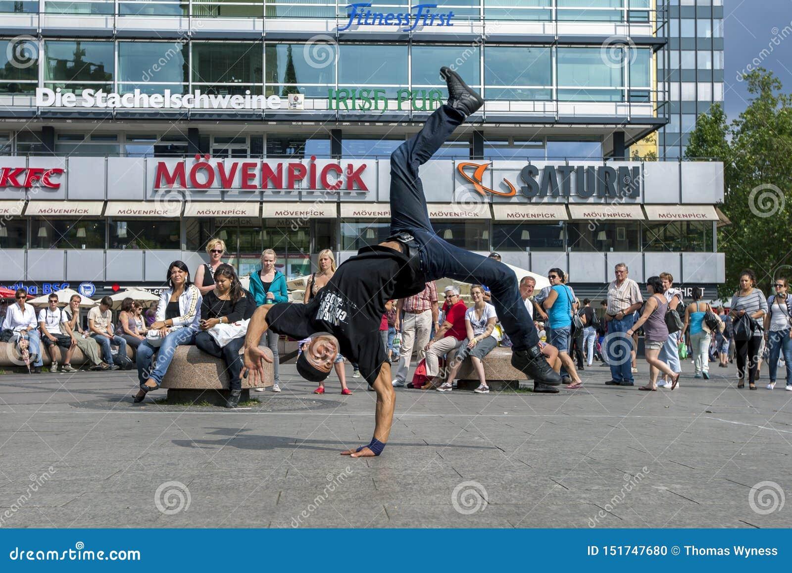 Rap tancerza spełnianie w parku