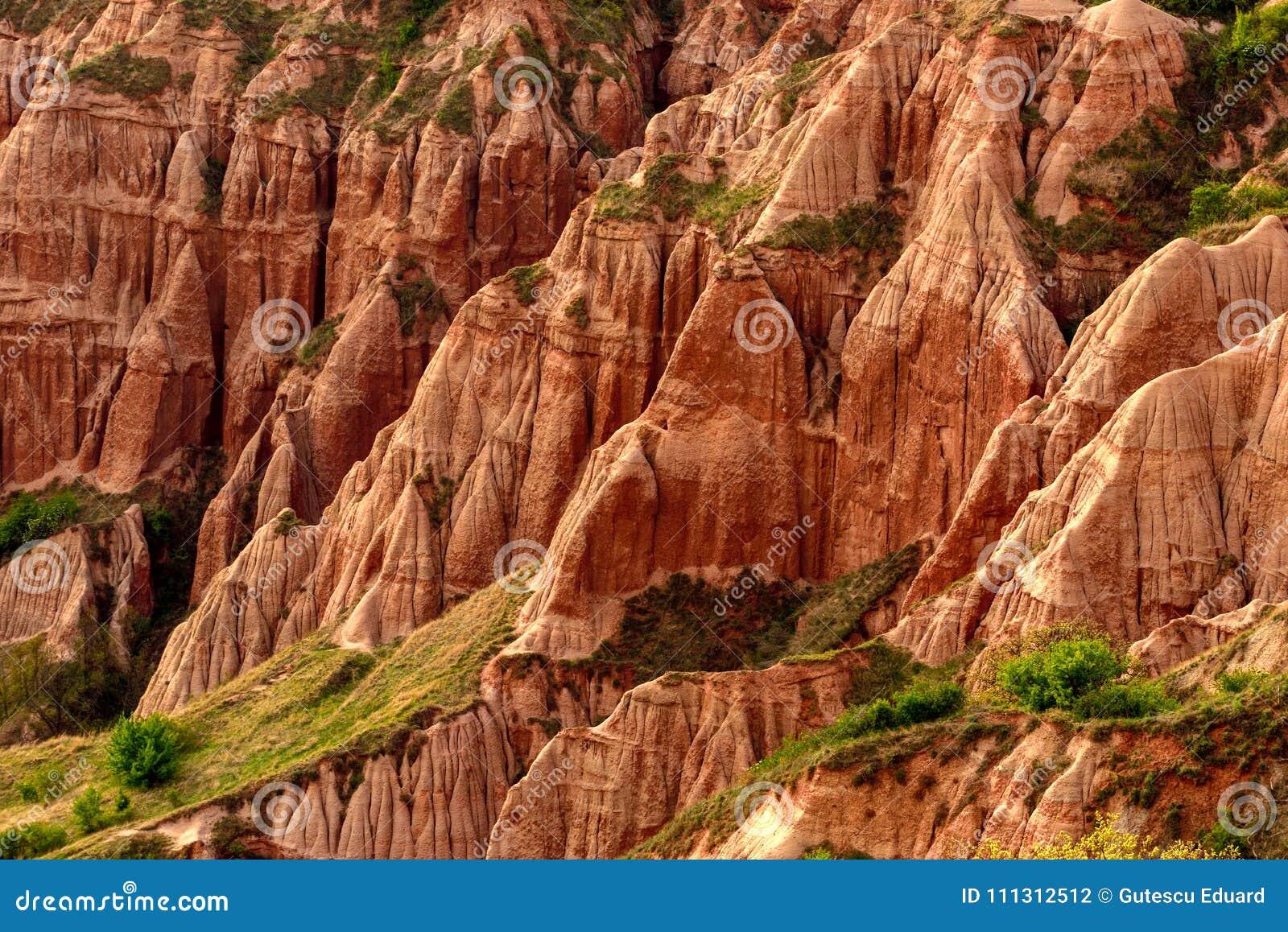 Rapa Rosie in Romania, montagna rossa con roccia rossa