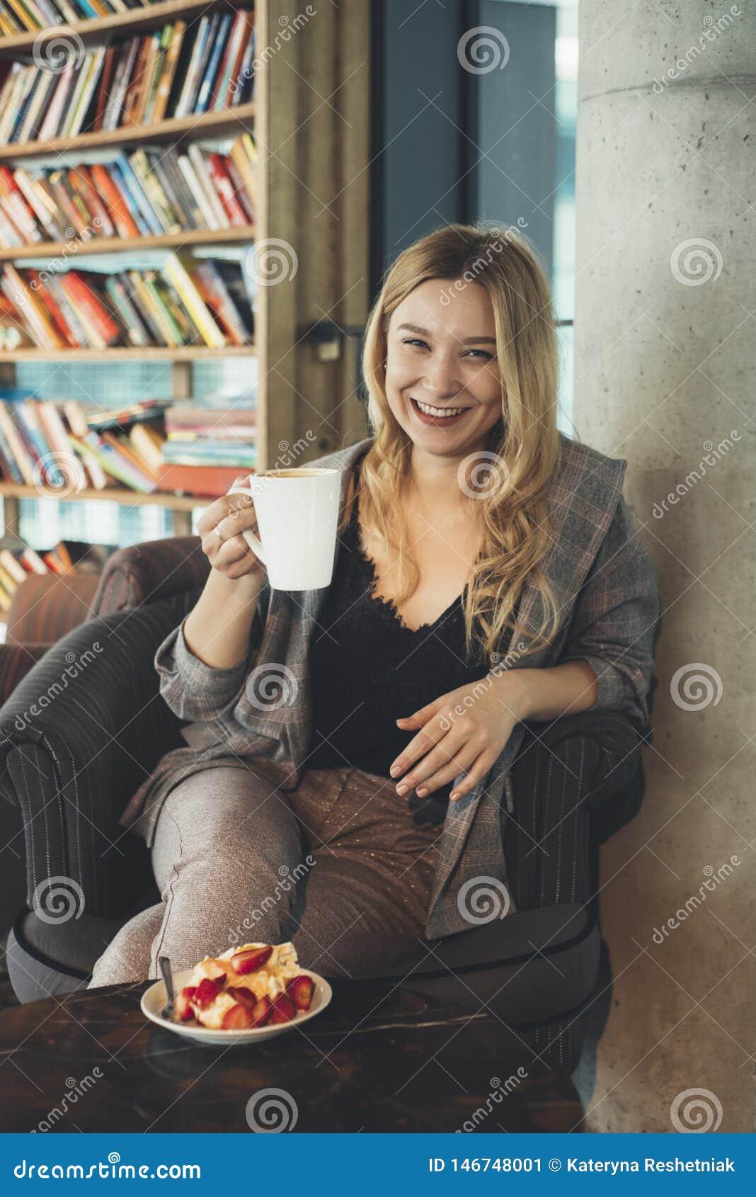 Rapariga com uma ch?vena de caf?