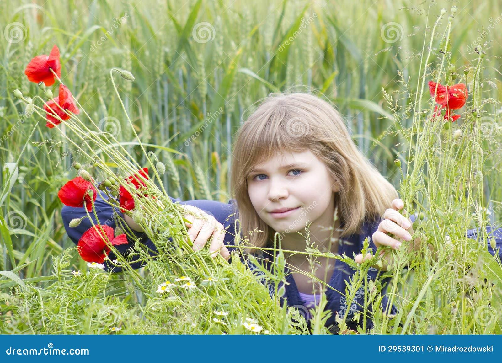 Rapariga no campo da papoila