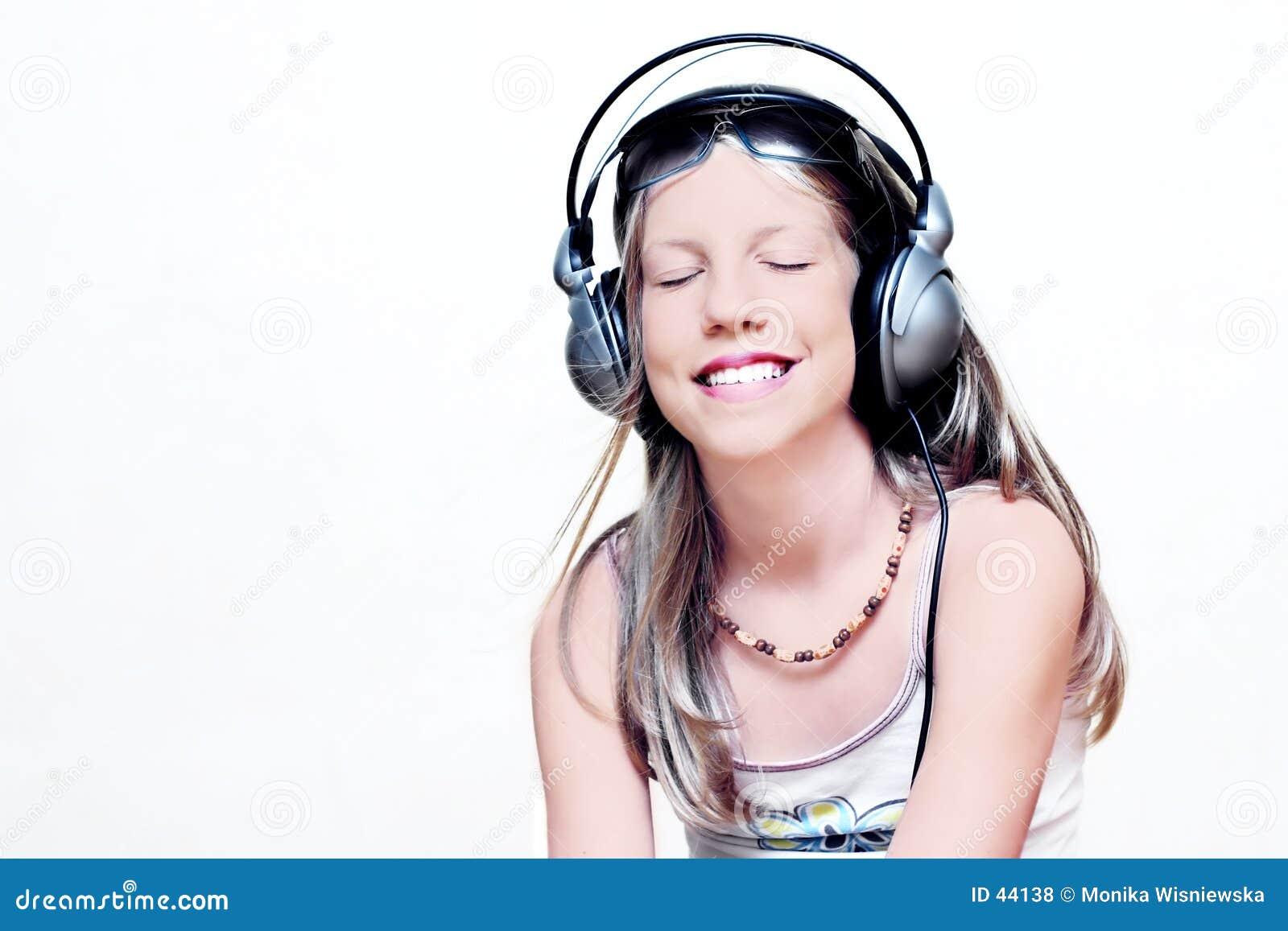 Rapariga que aprecia a música