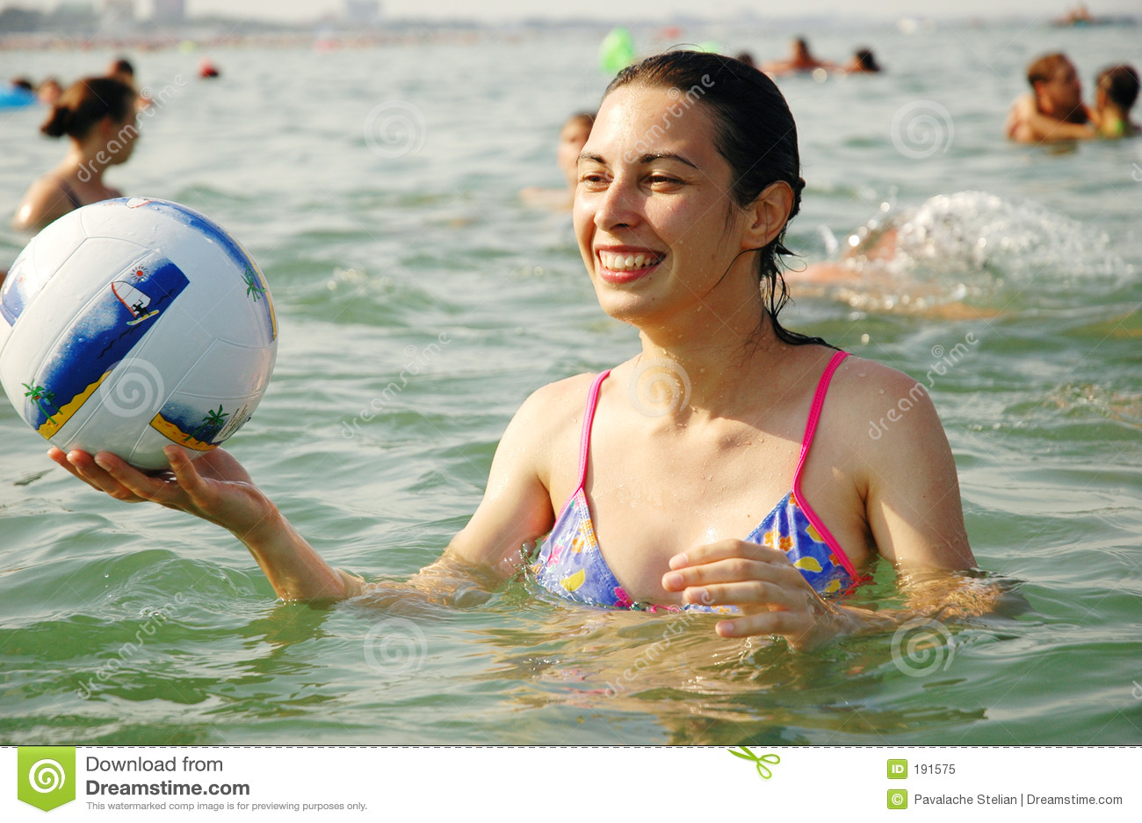 Rapariga que joga na água
