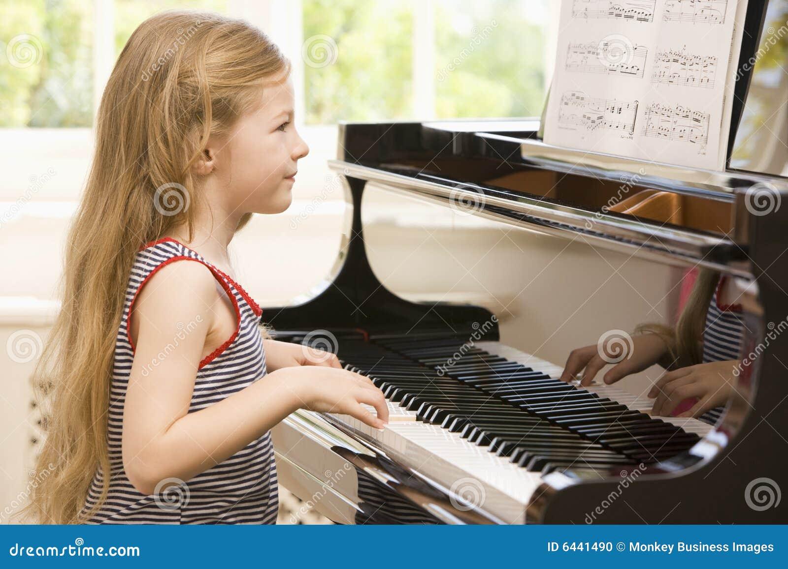 Rapariga que joga o piano