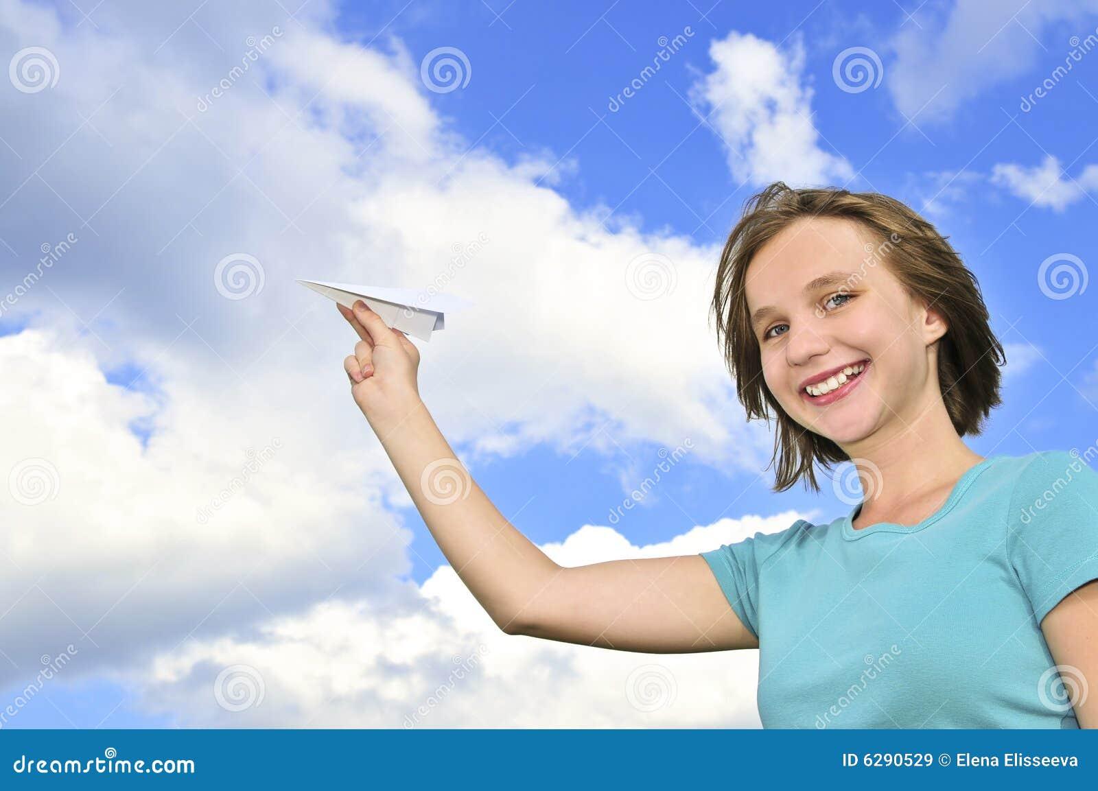 Rapariga que prende o avião de papel