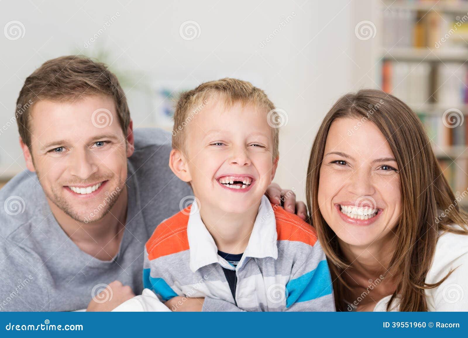 Rapaz pequeno adorável com sorrir forçadamente feliz