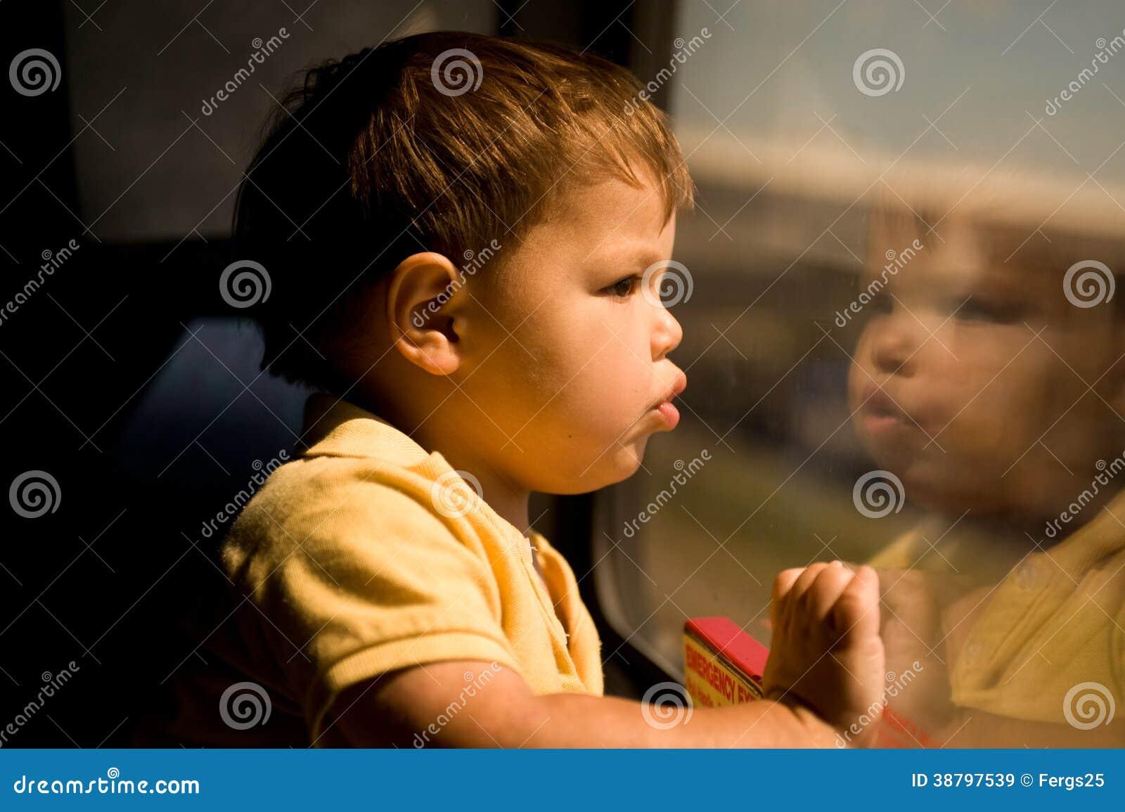 Rapaz pequeno adorável no trem