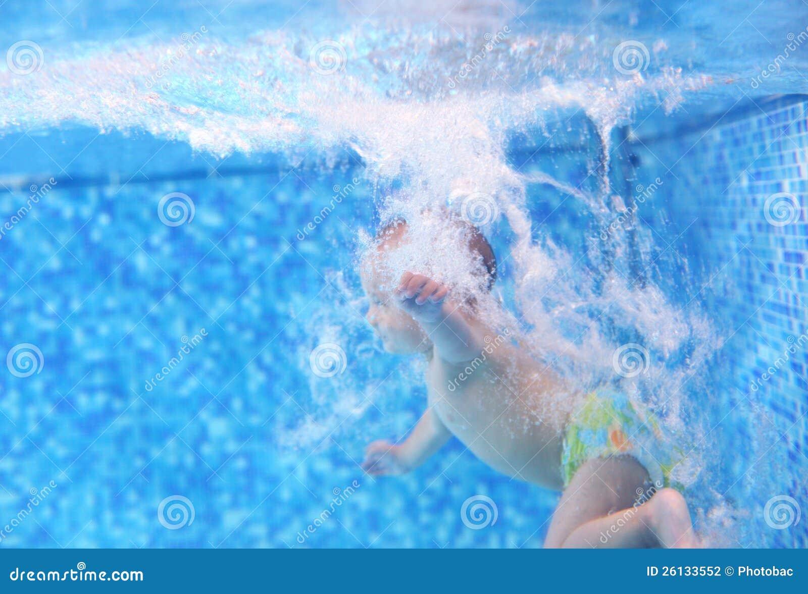 Rapaz pequeno após o mergulho em uma piscina