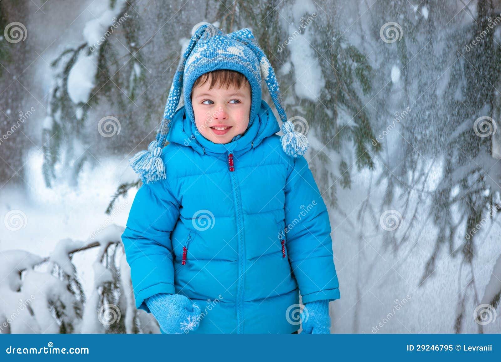 Download Rapaz Pequeno Bonito Que Joga Fora Em Uma Floresta Imagem de Stock - Imagem de roupa, frio: 29246795