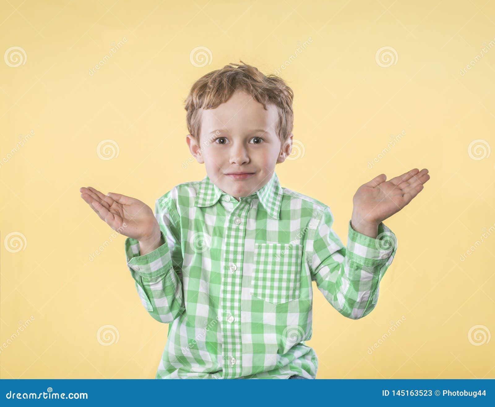 Rapaz pequeno com as mãos levantadas na pergunta