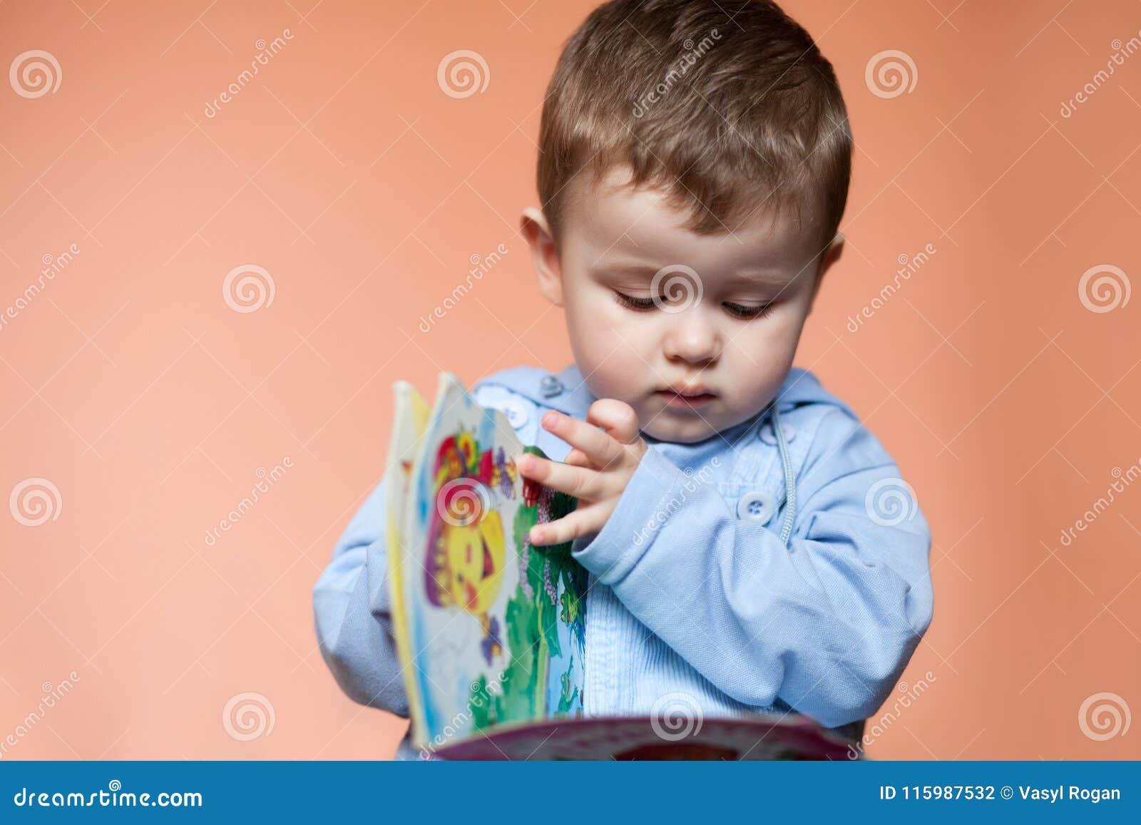 Rapaz pequeno do retrato com um livro