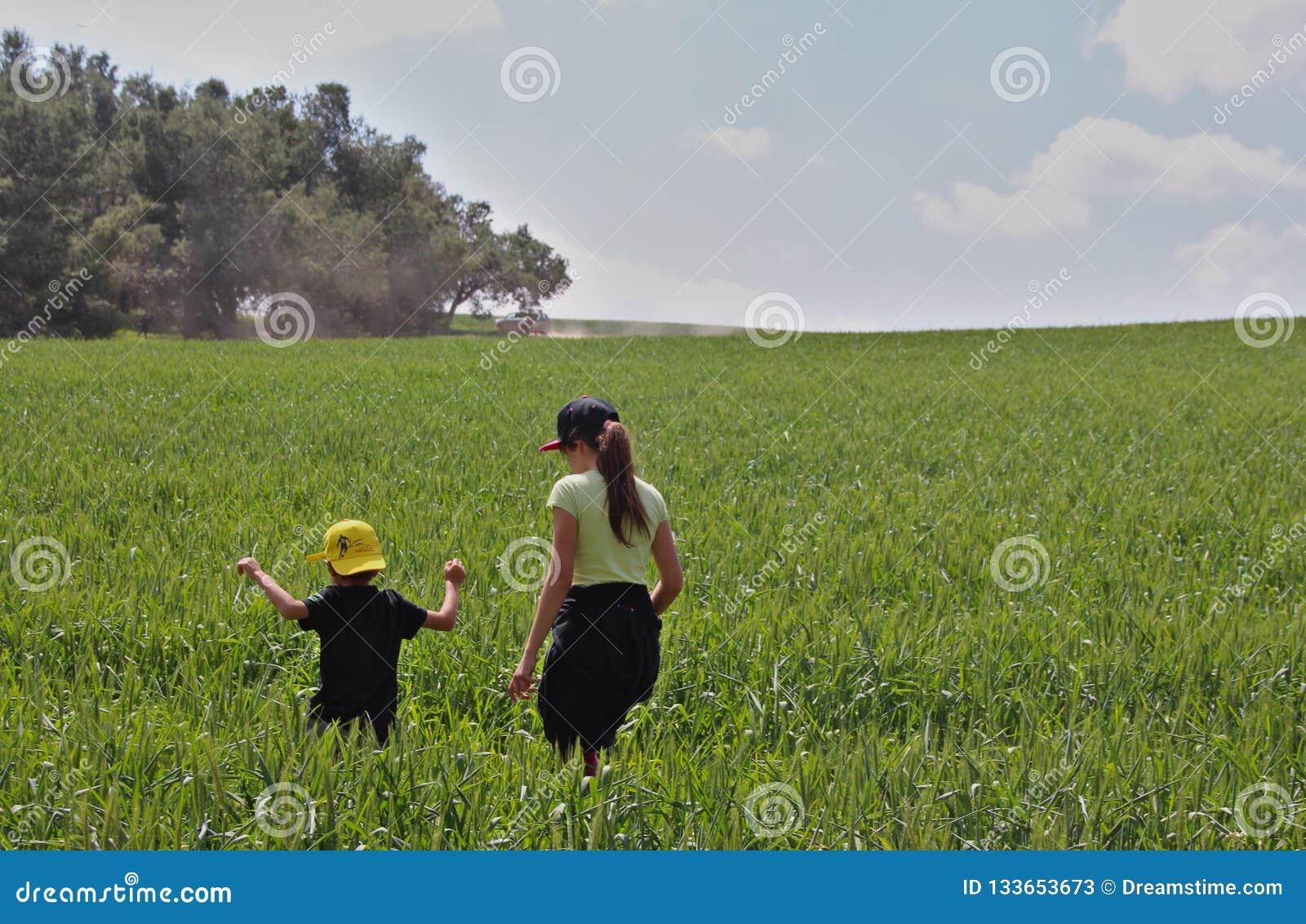 Rapaz pequeno e sua irmã mais idosa