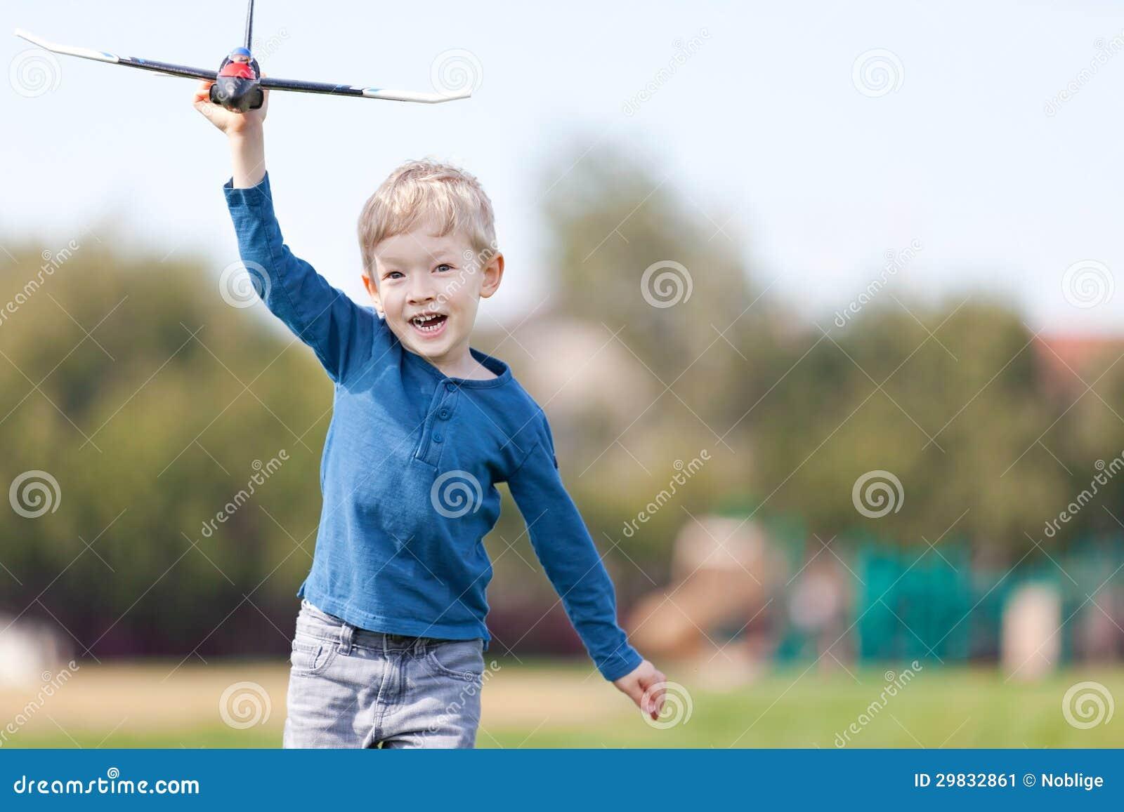 Criança que joga com um plano