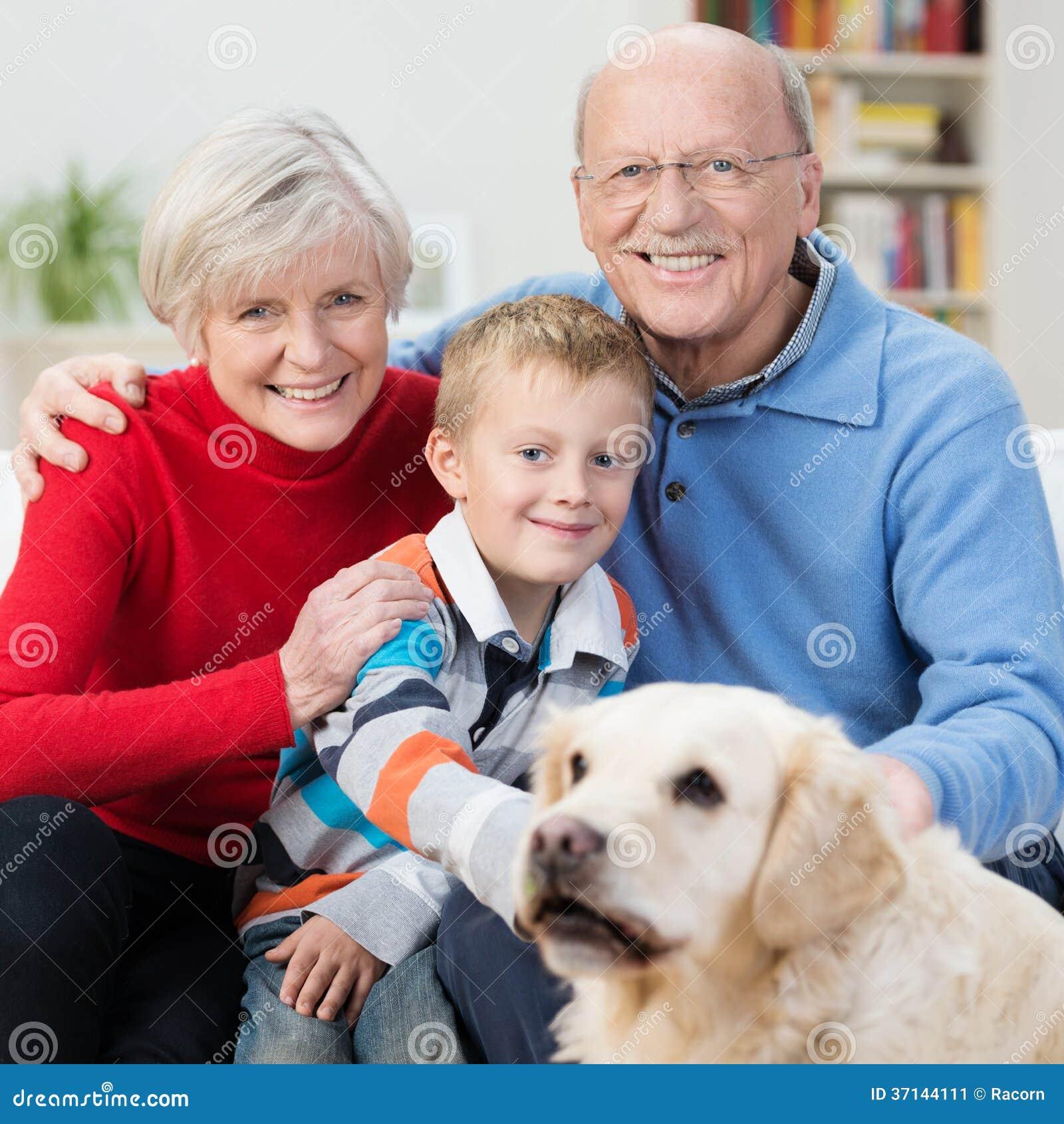 Rapaz pequeno feliz com suas avós idosas
