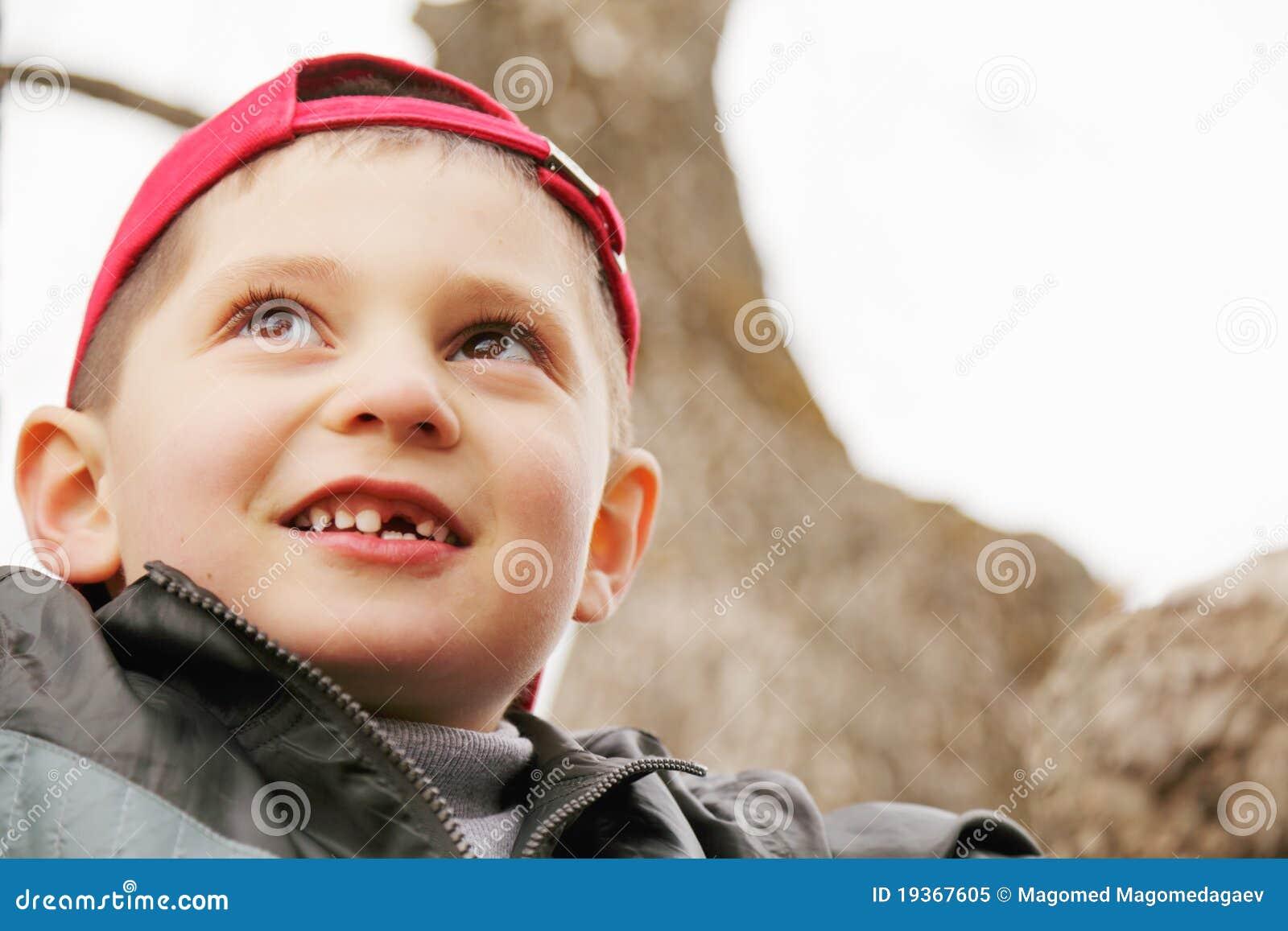 Rapaz pequeno na árvore