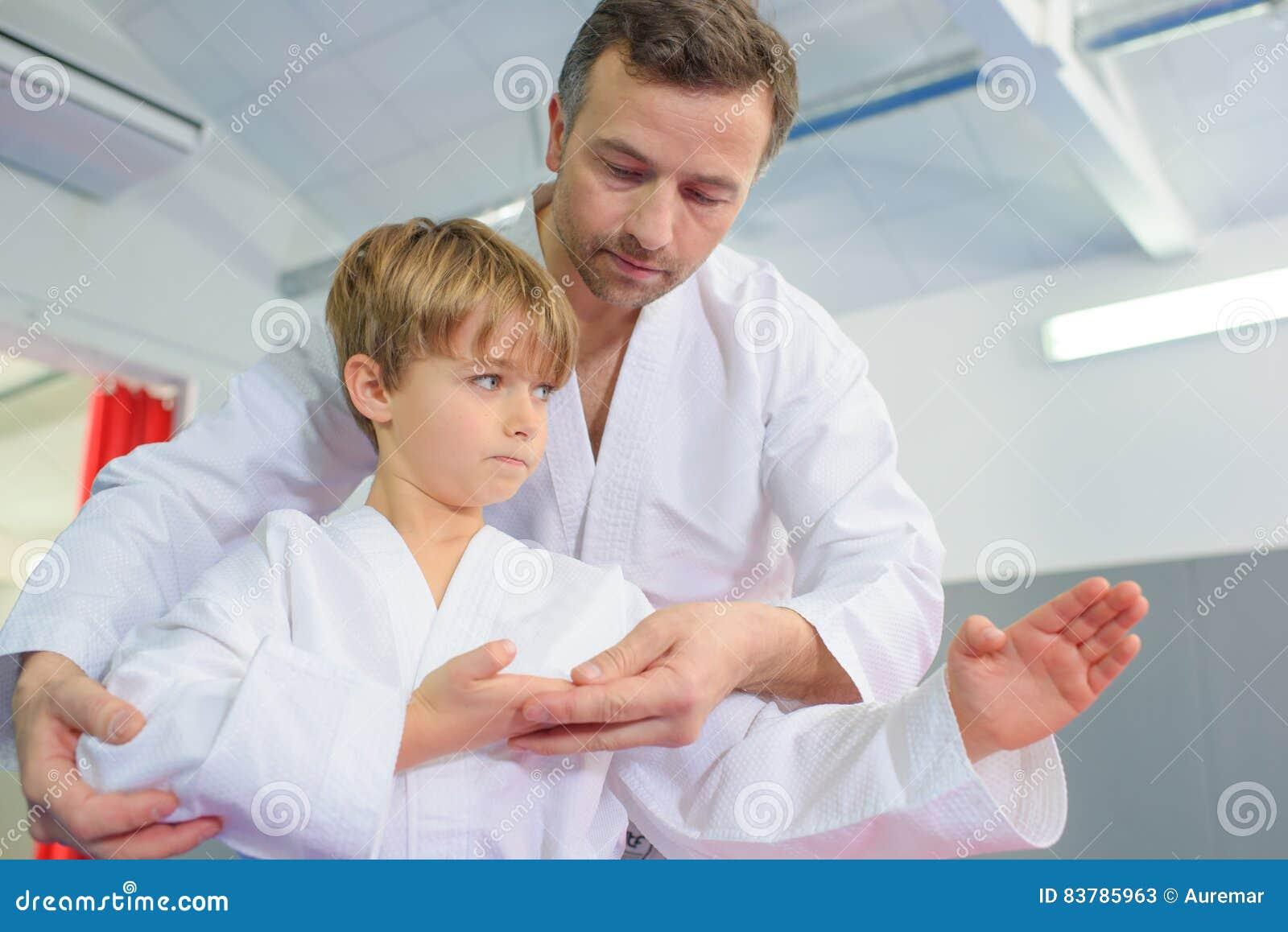Rapaz pequeno na lição do karaté