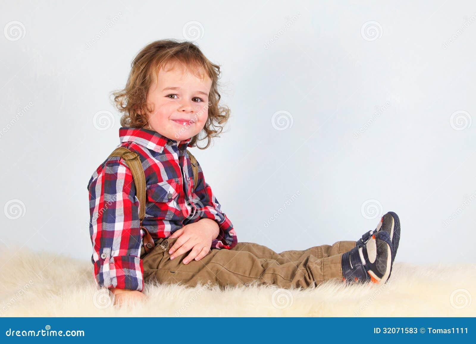 Rapaz pequeno na roupa rural
