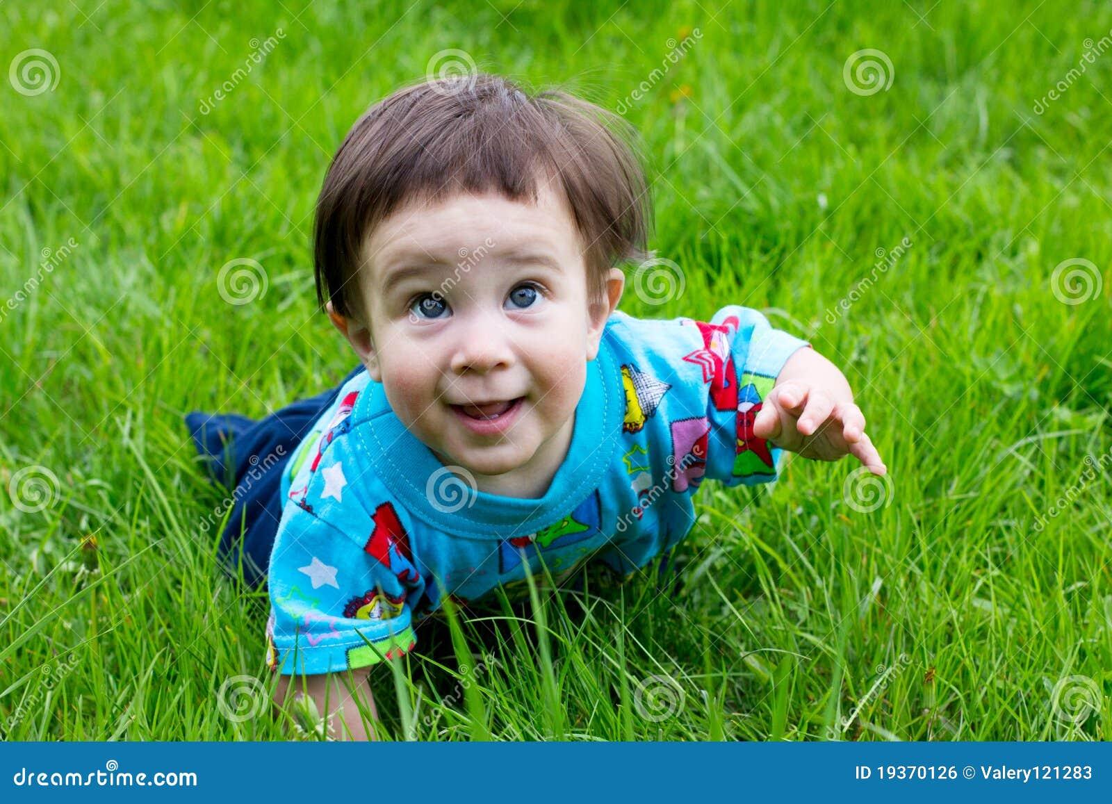 Rapaz pequeno no parque