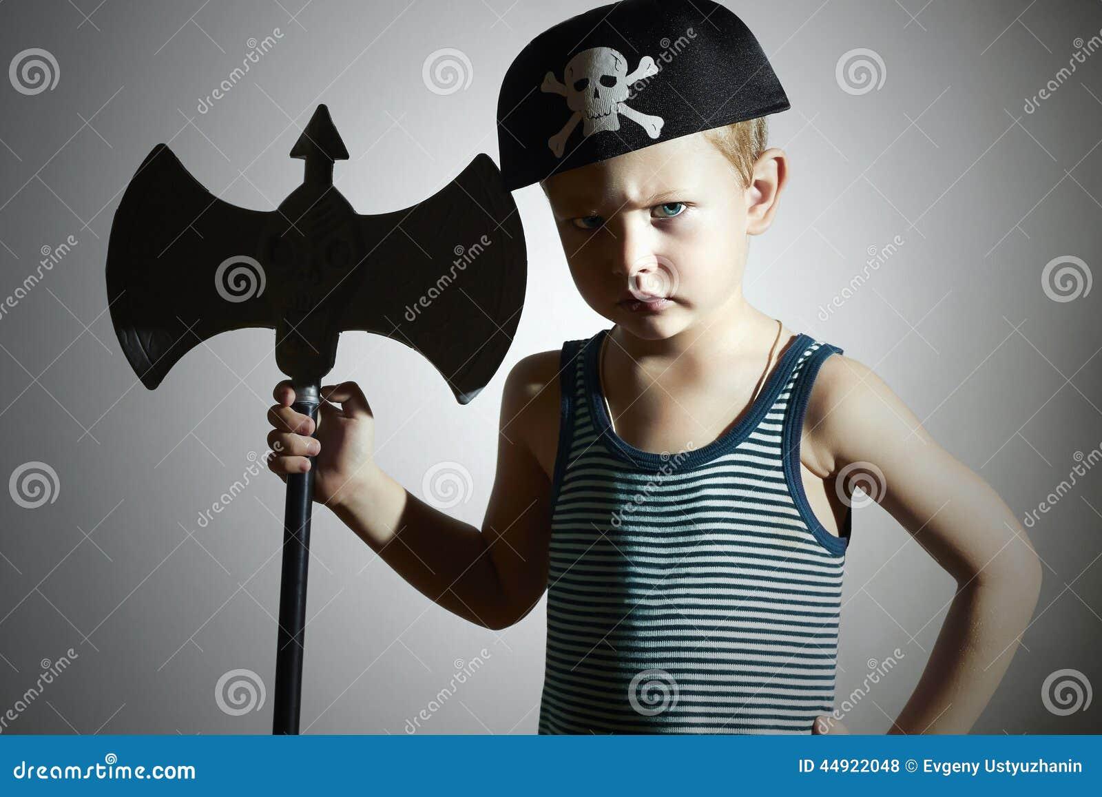 Rapaz pequeno no traje do carnaval Guerreiro irritado Miúdos da forma masquerade Criança do pirata Halloween