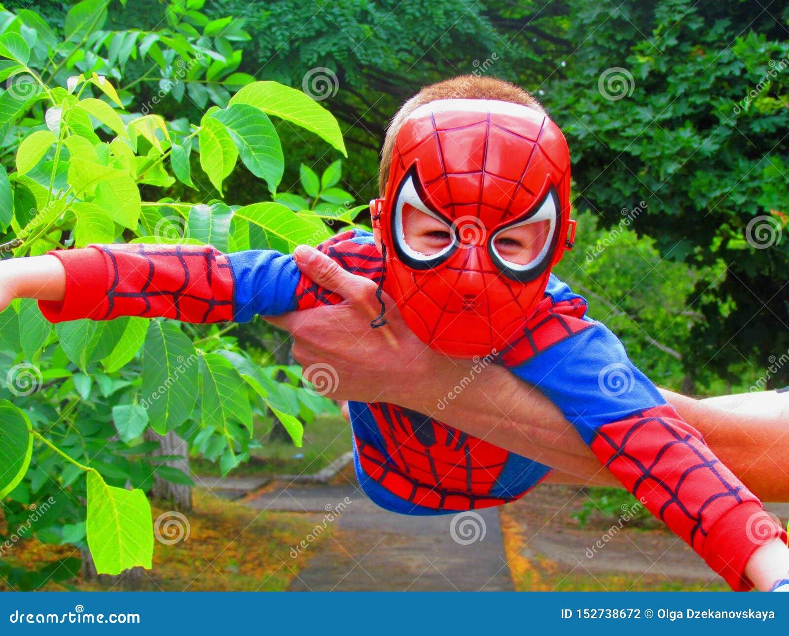 Rapaz pequeno que descreve o herói dos desenhos animados de um homem-aranha