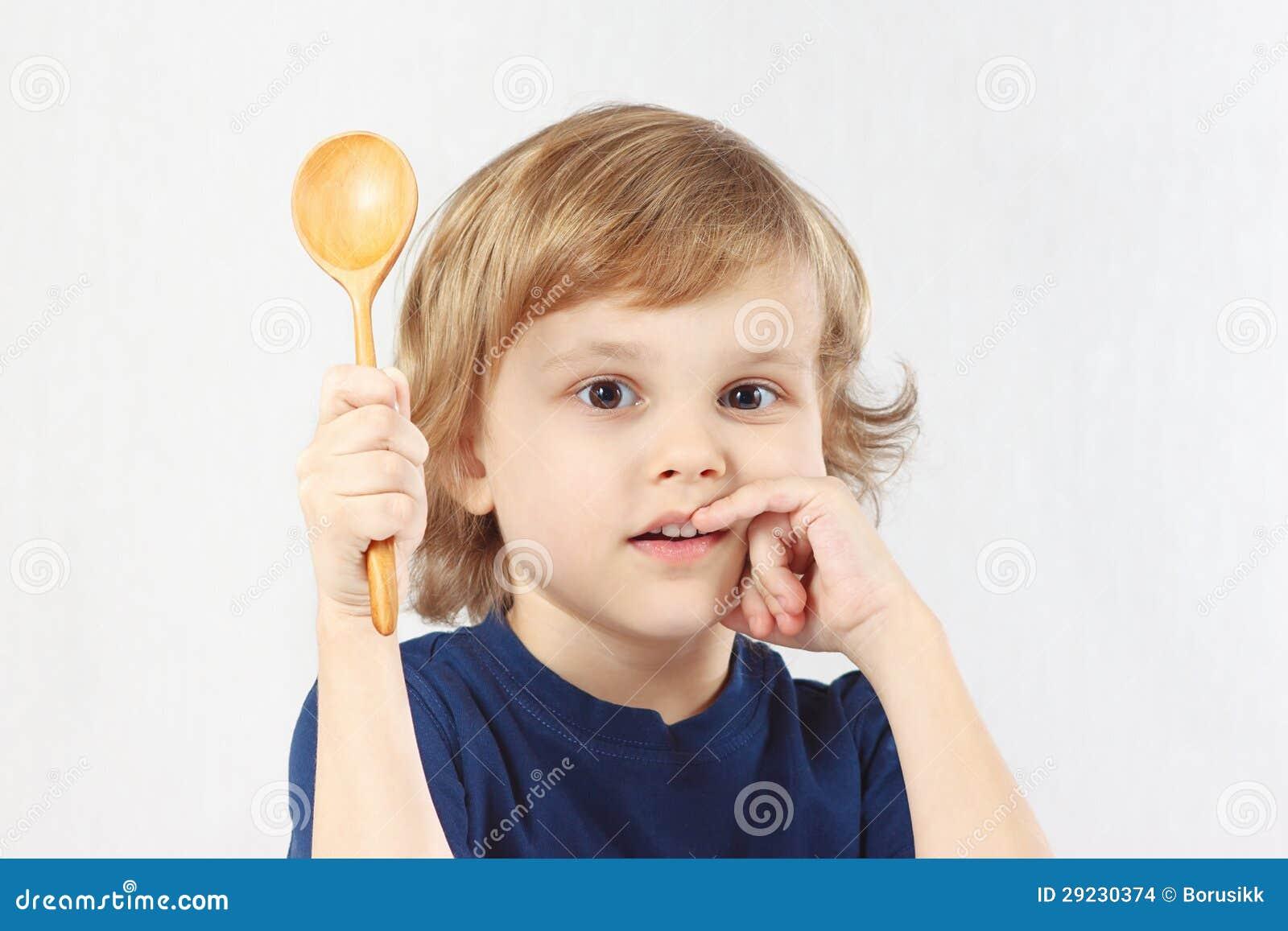 Download Rapaz Pequeno Que Guardara Uma Colher De Madeira Foto de Stock - Imagem de breakfast, cores: 29230374