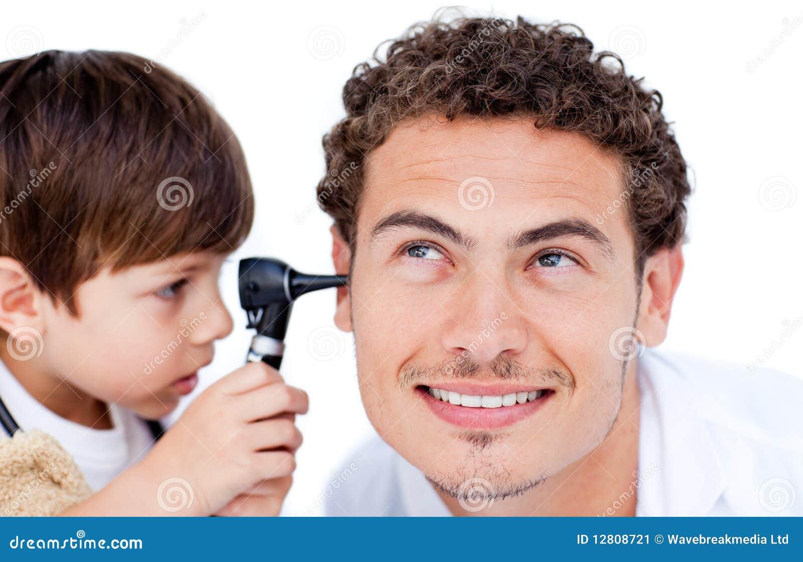 Rapaz pequeno que joga com o doutor
