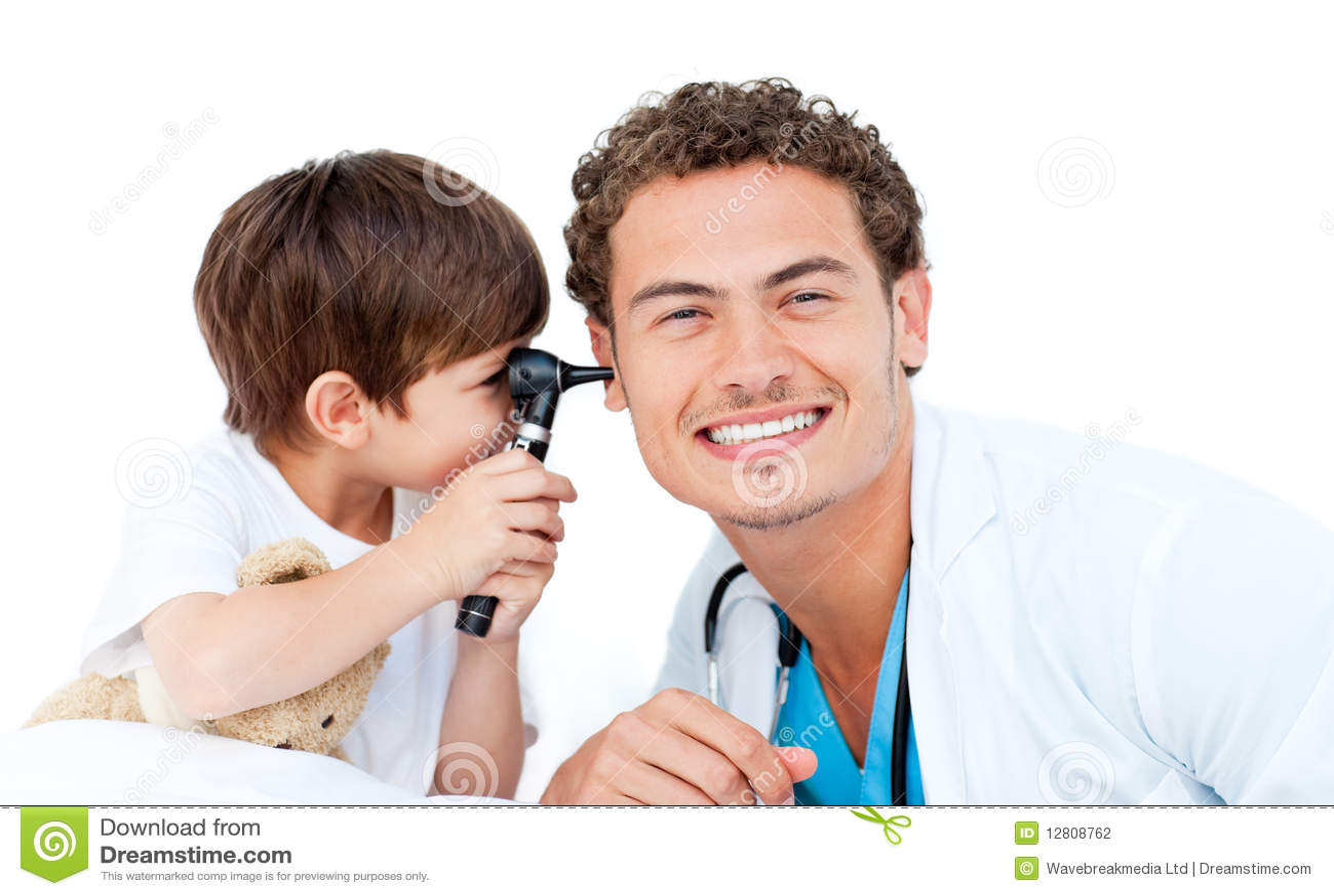 Rapaz pequeno que verific as orelhas do doutor