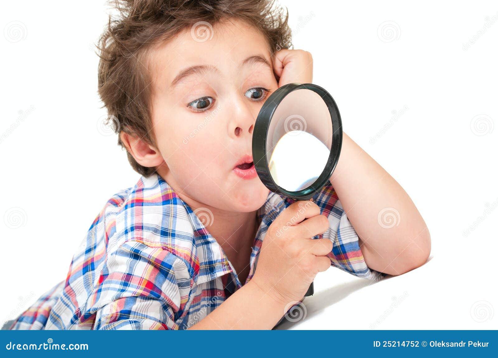 Rapaz pequeno surpreendido com estranho