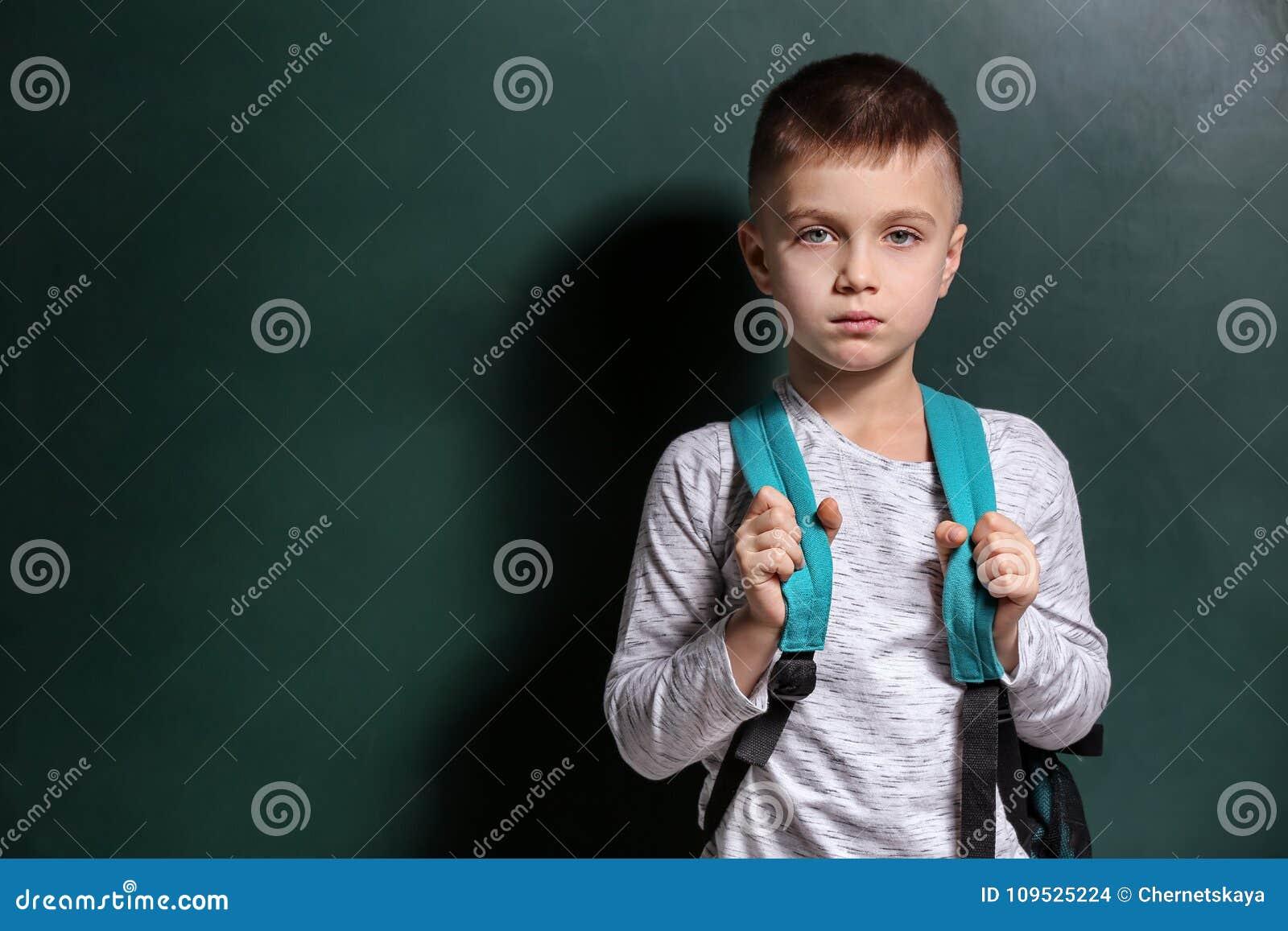 Rapaz pequeno triste que está sendo tiranizado na escola
