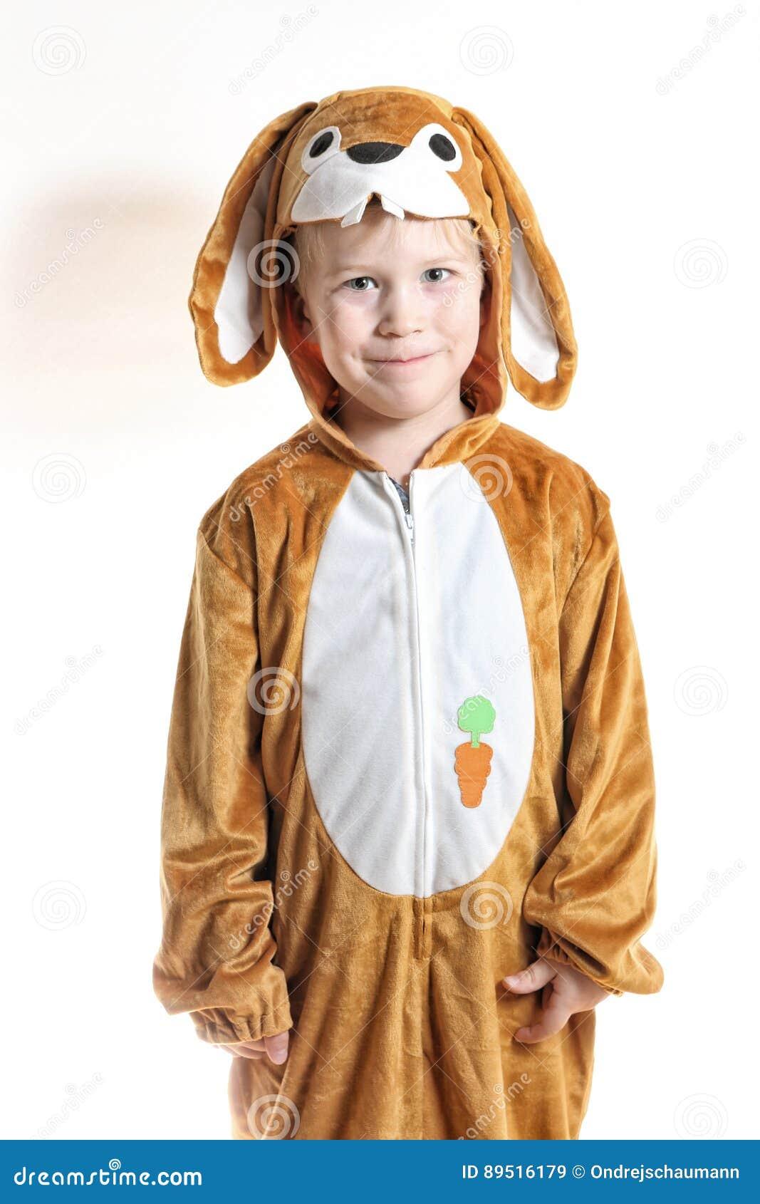Rapaz pequeno vestido como o coelho