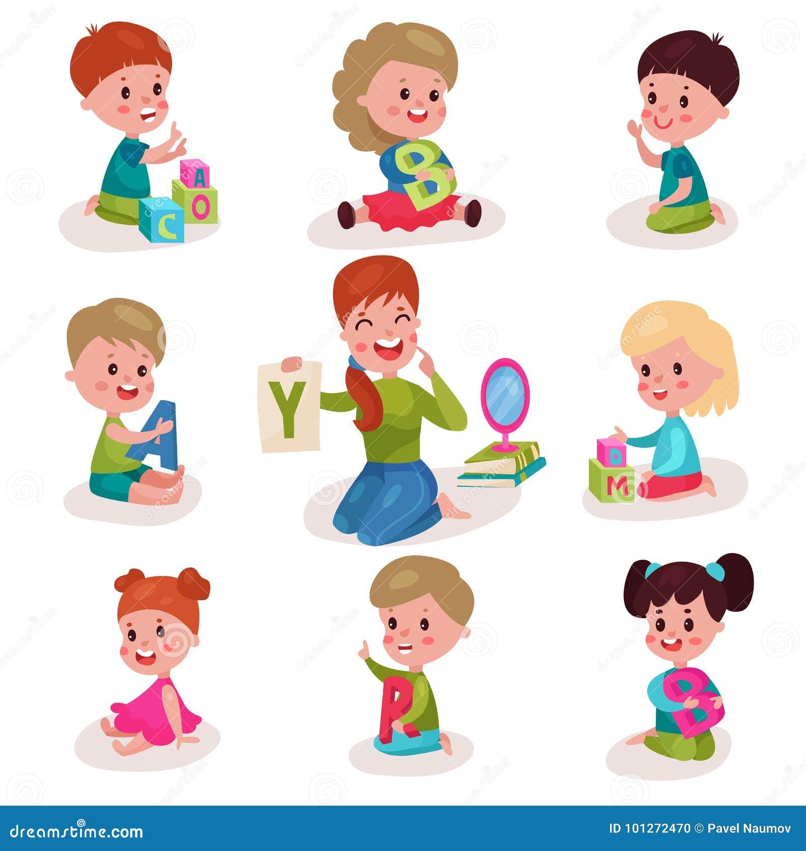 Rapazes pequenos bonitos e meninas que aprendem letras com grupo do terapeuta de discurso, crianças que aprendem com o divertimen