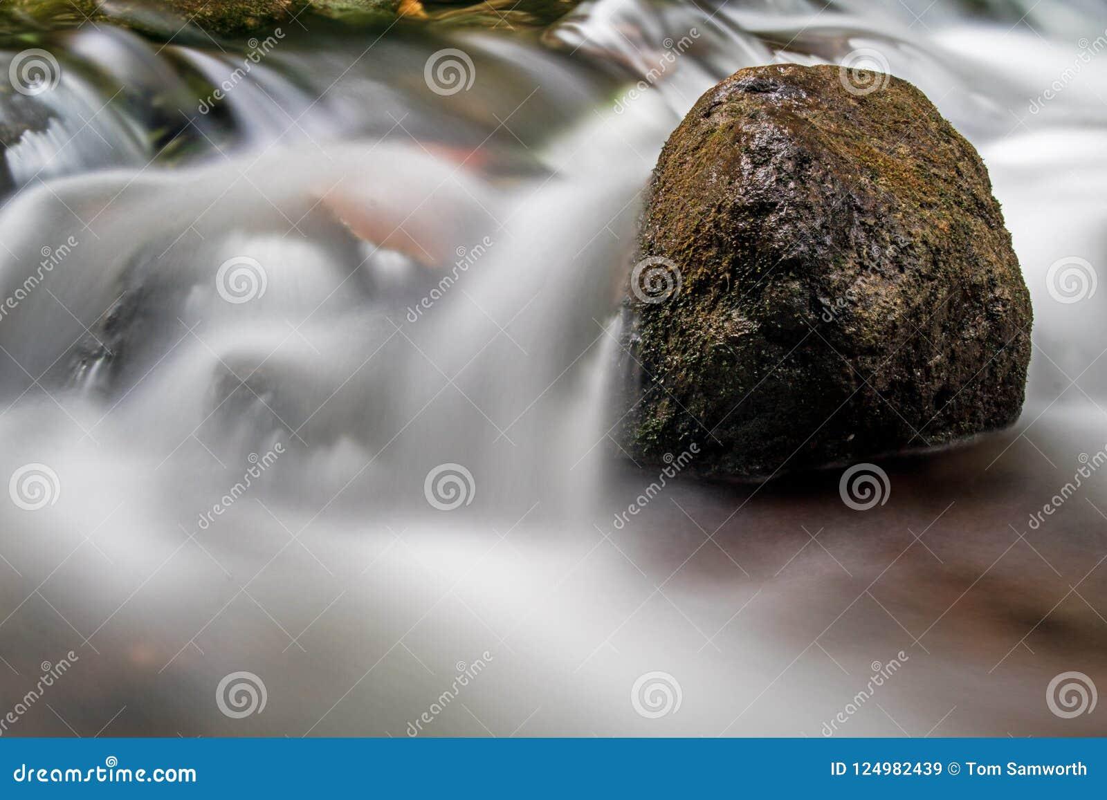 Rapide sur la rivière de Boyne ramollie par longue exposition