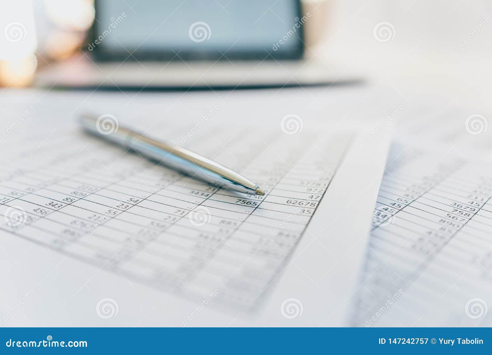 Raporty i plany na biurku w biurze