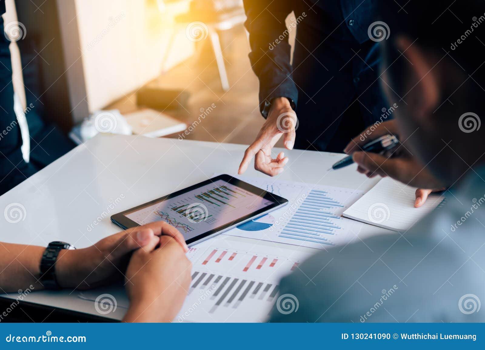 Rapporter för finans för analys för affärsfolk och arbeta tillsammans på