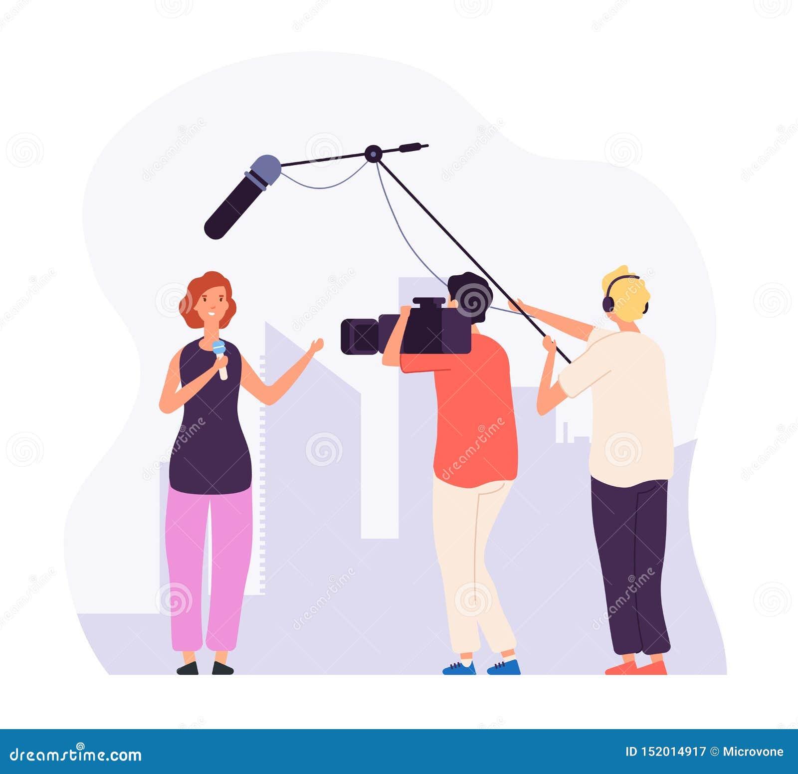 Rapporto del giornalista Reporter della ragazza con il canale televisivo del microfono che trasmette per radio notiziario televis