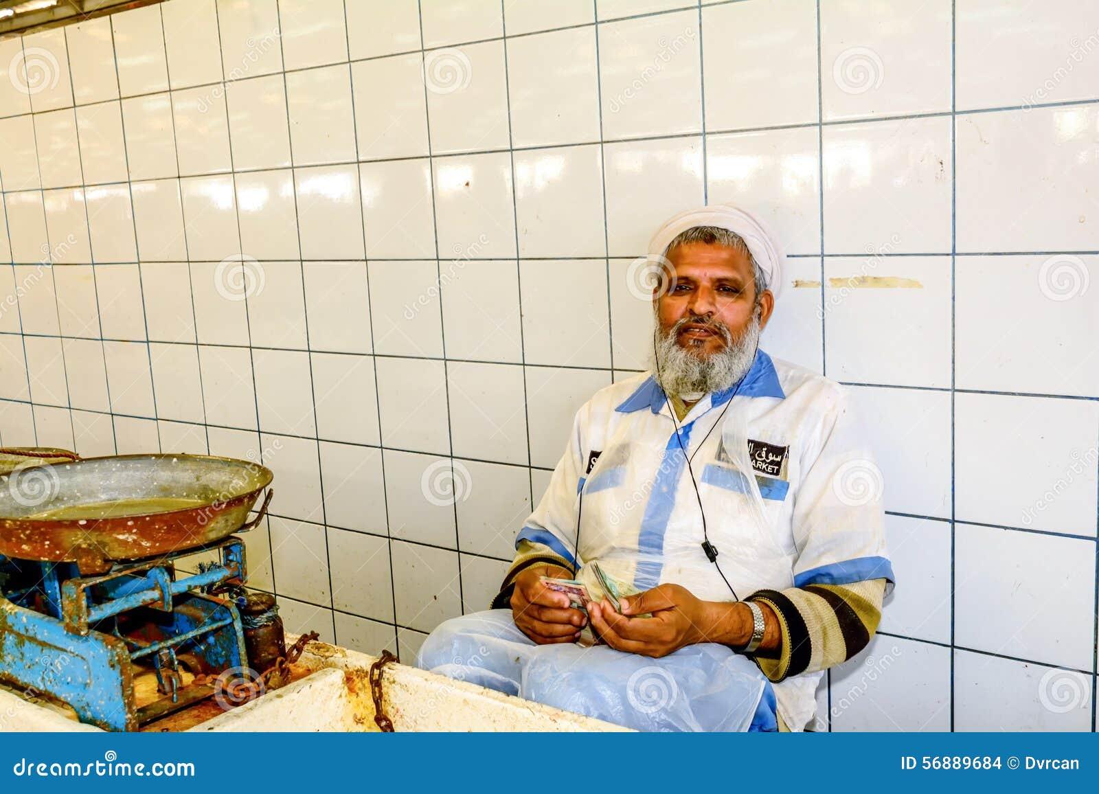 Rappresentante che conta soldi nel mercato ittico in Deira, Em unito del Dubai