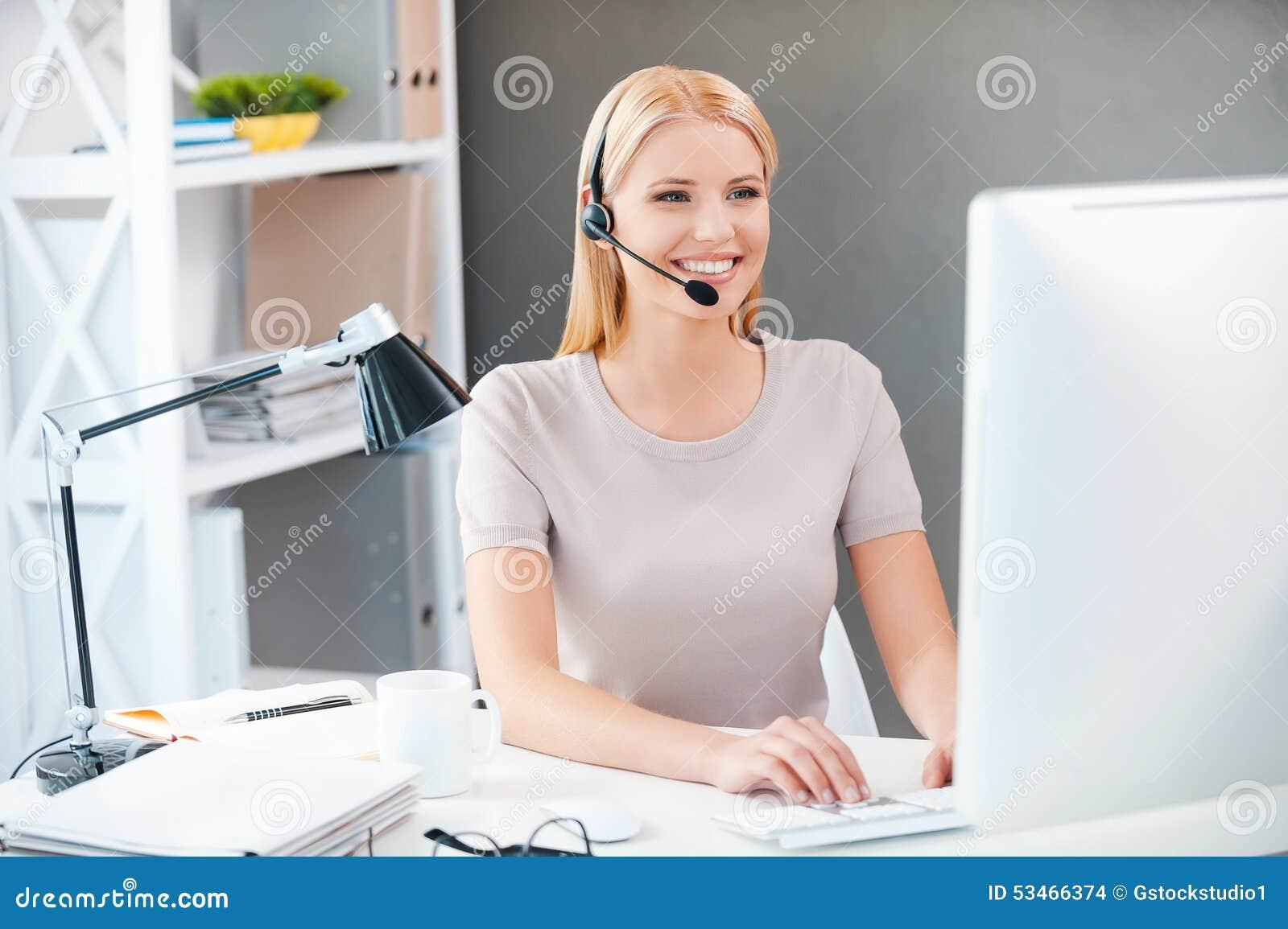 Rappresentante di servizio di assistenza al cliente sul lavoro
