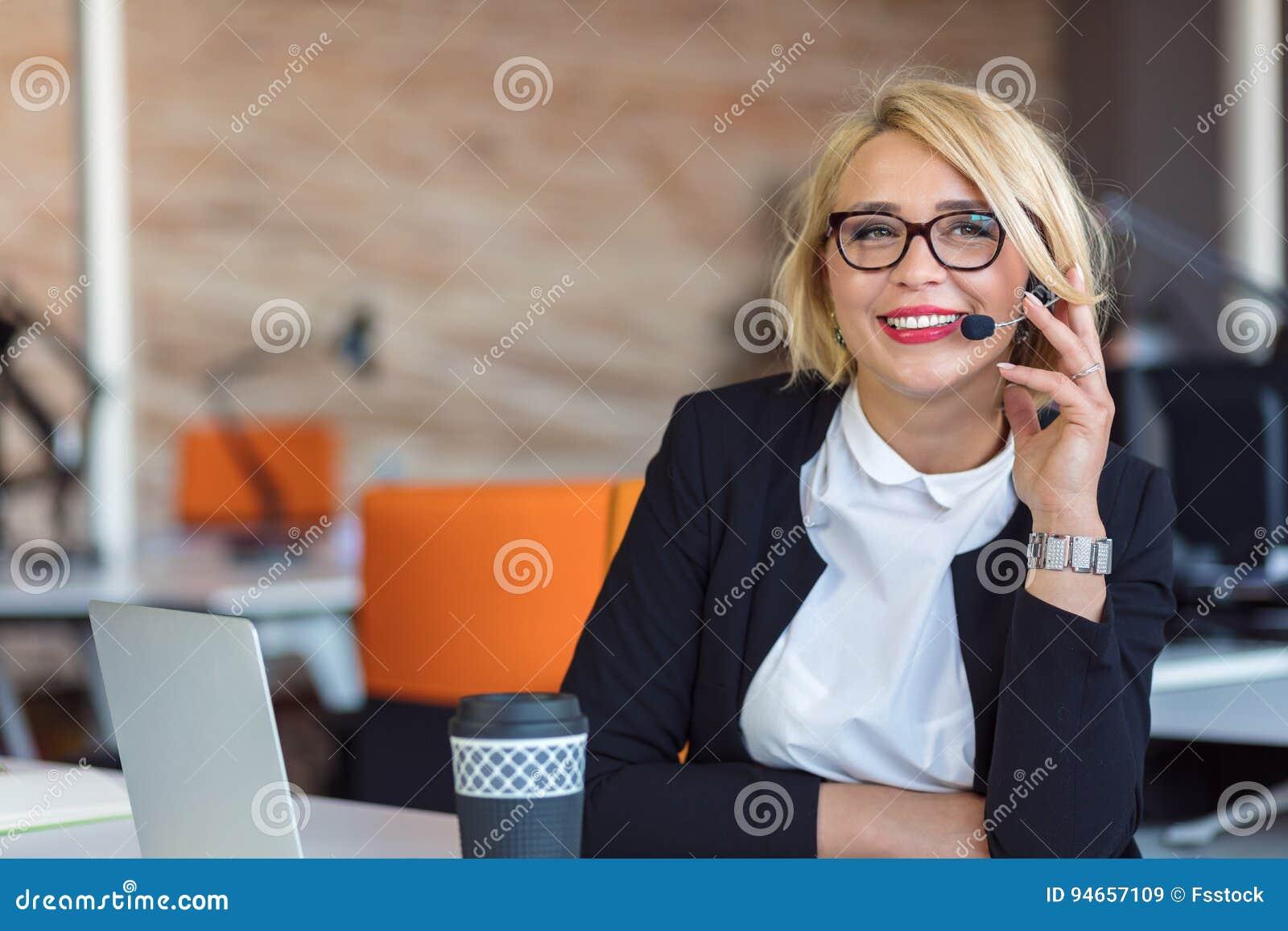 Rappresentante di servizio di assistenza al cliente sul lavoro Bella giovane donna in cuffia avricolare che funziona al computer