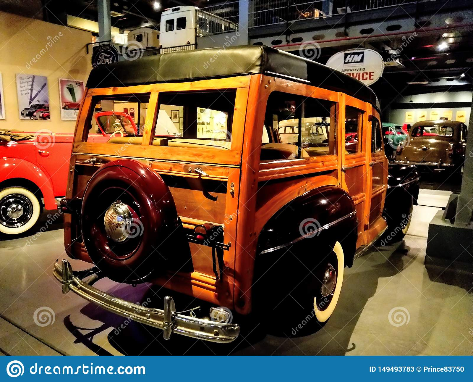 Rappresentazione d annata dell automobile di Ford Retro nel museo Vecchia automobile d annata fatta di legno