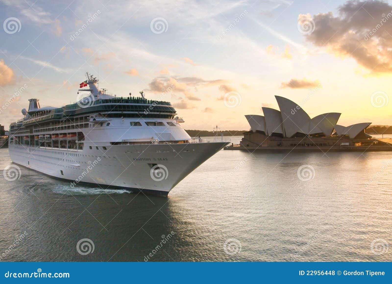 Rapsodia del barco de cruceros de los mares en Sydney.