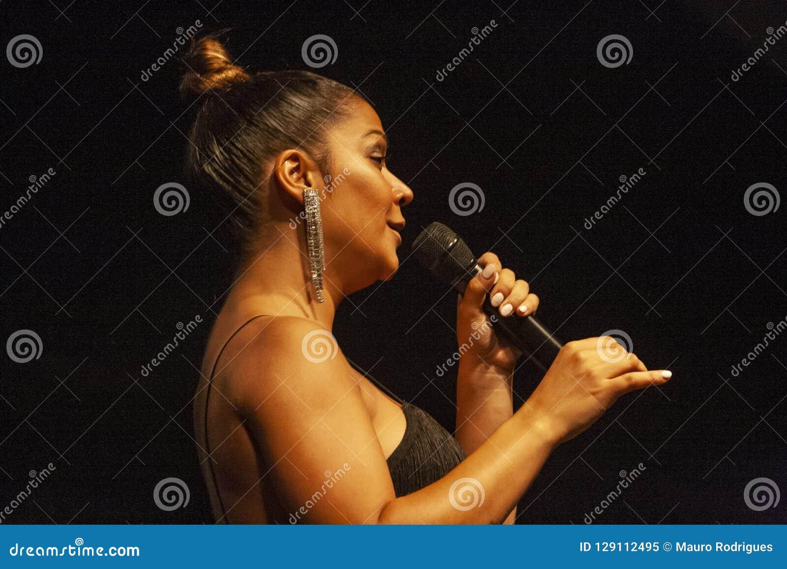 Raquel Tavares konstnär som utför på musikfestival