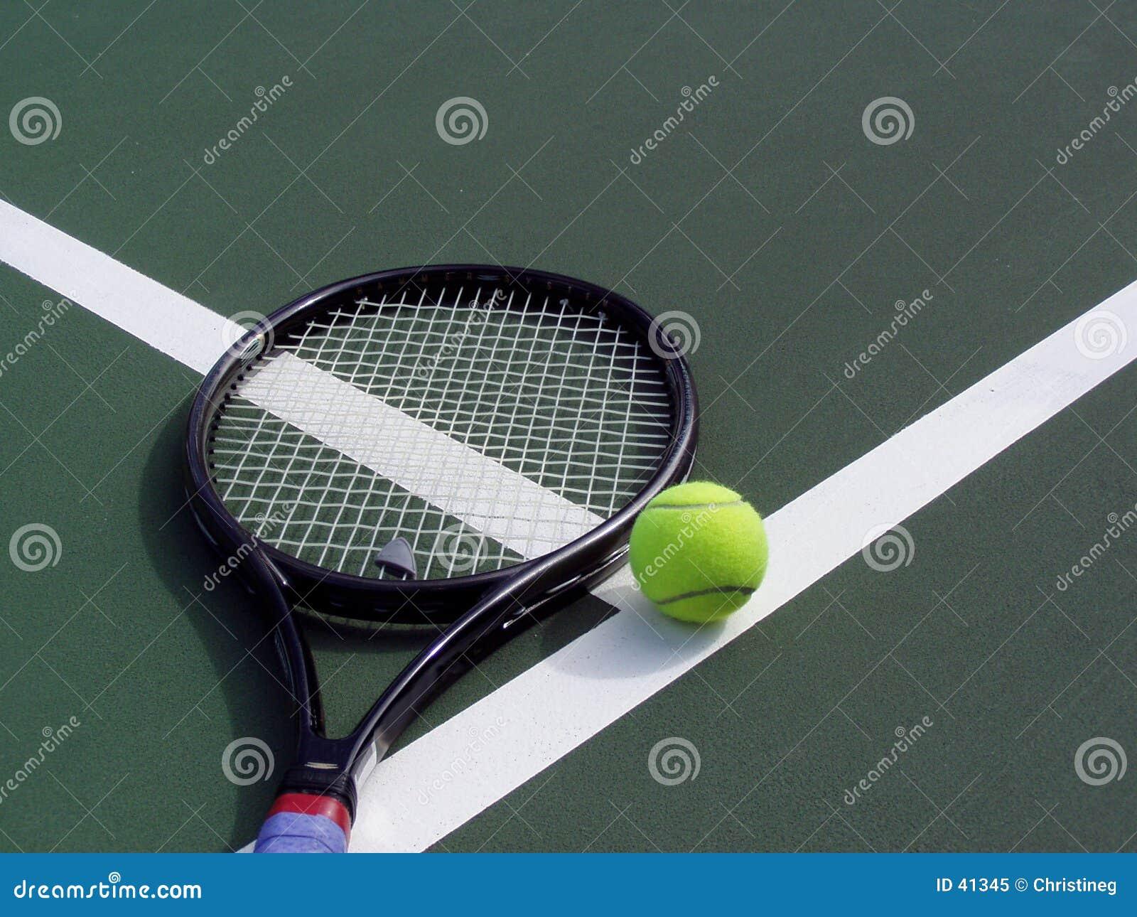 Raquete e esfera de tênis em uma corte de tênis