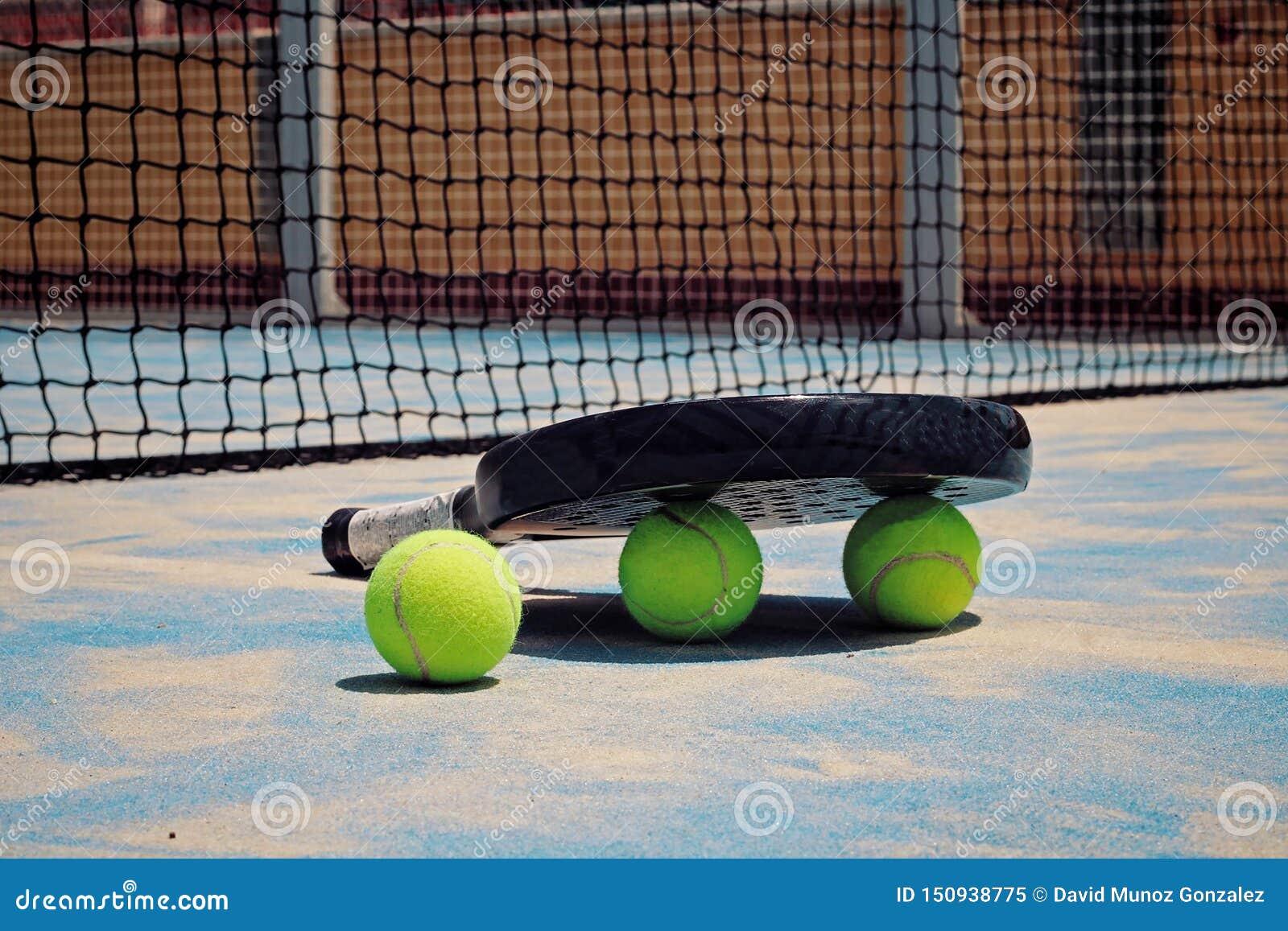 Raquete preta de Padel com bolas