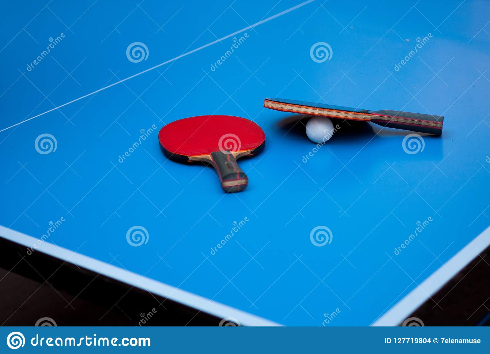 Raquetes do pong do tênis ou do sibilo de tabela dois