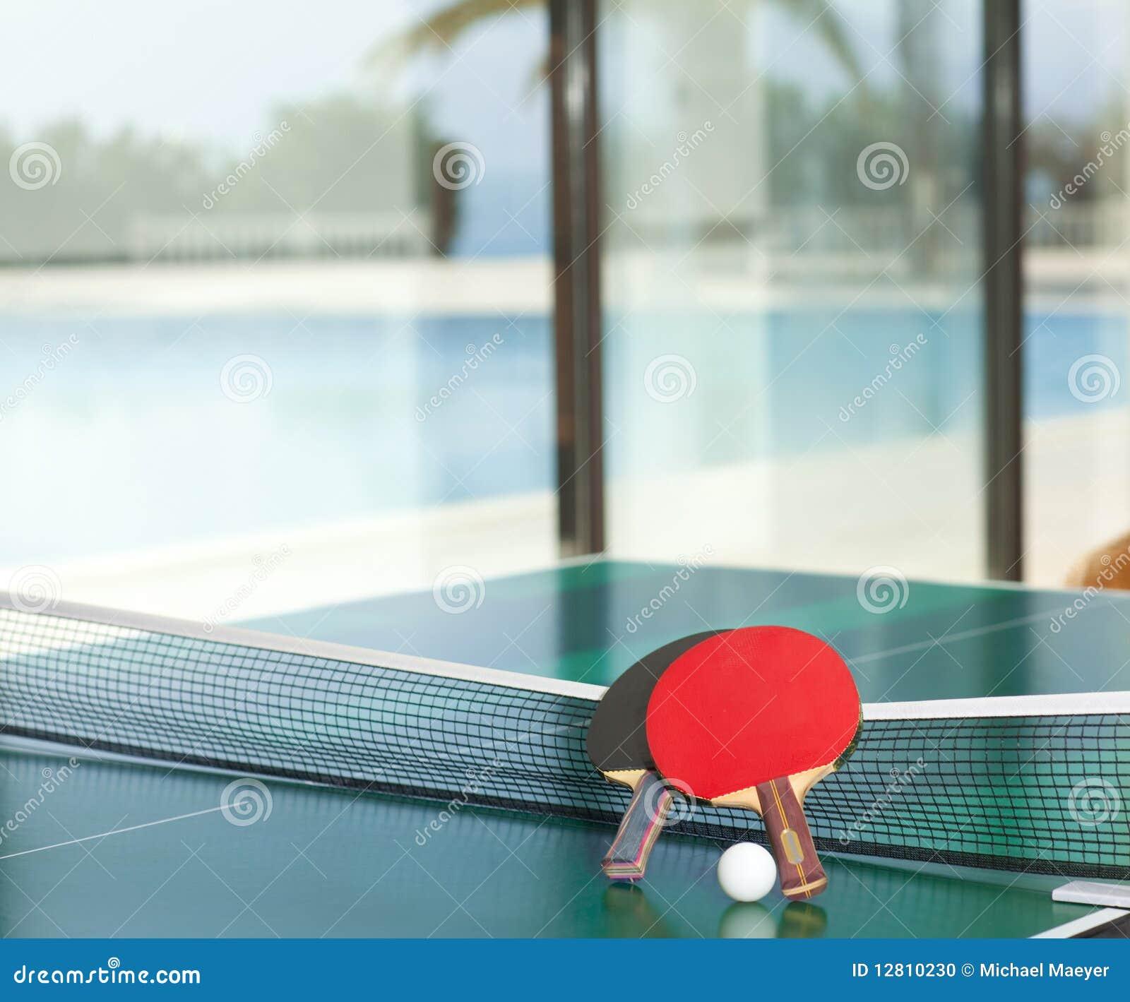 Raquetes e esfera de tênis da tabela
