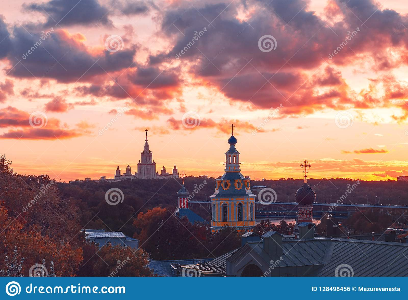 RAS Sightseeing Platform Moscow Universidad de estado de Moscú MSU, iglesia Rayos y nubes de Sun en la puesta del sol