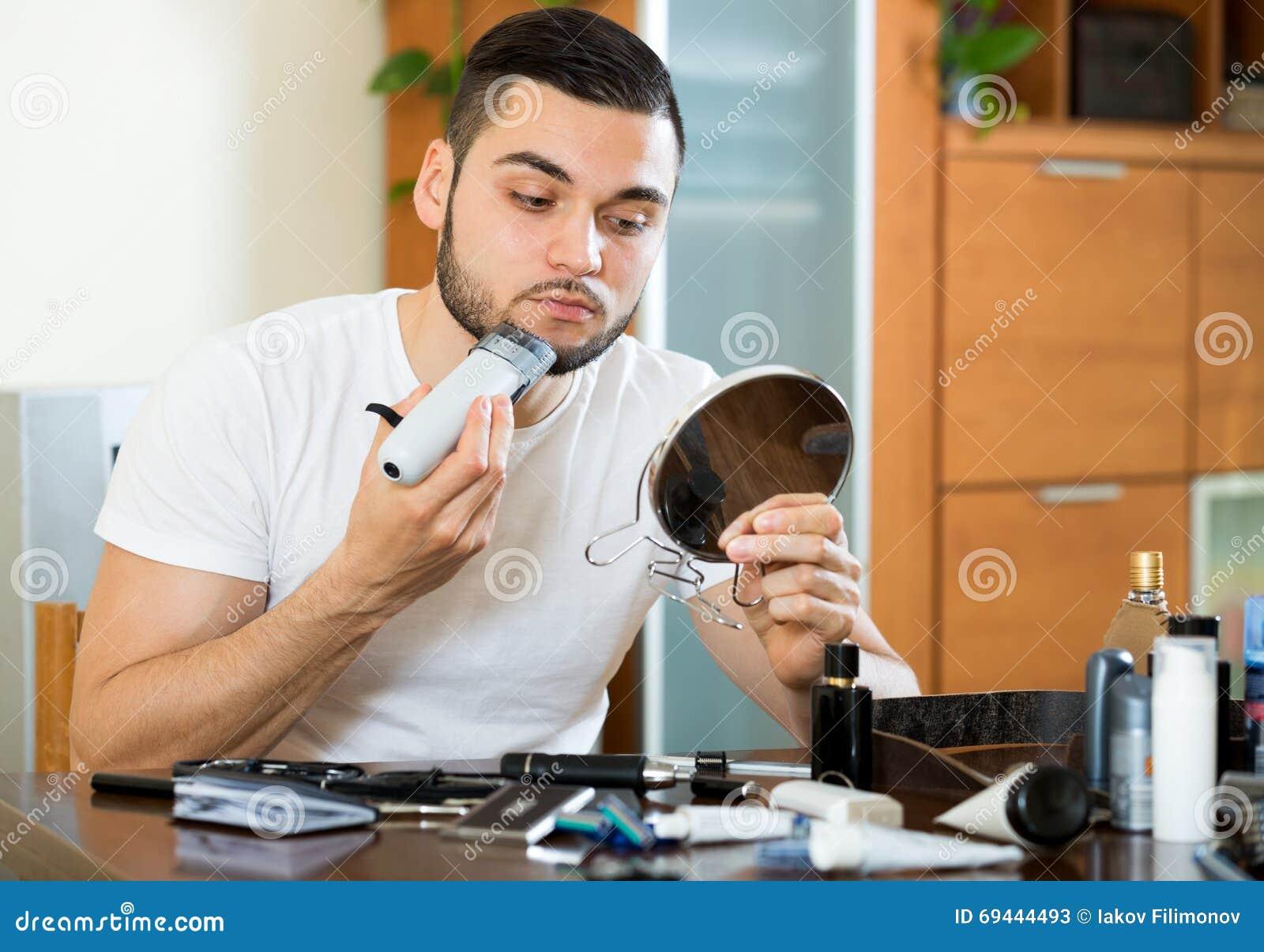 rasage de la barbe avec un trimmer photo stock image 69444493. Black Bedroom Furniture Sets. Home Design Ideas