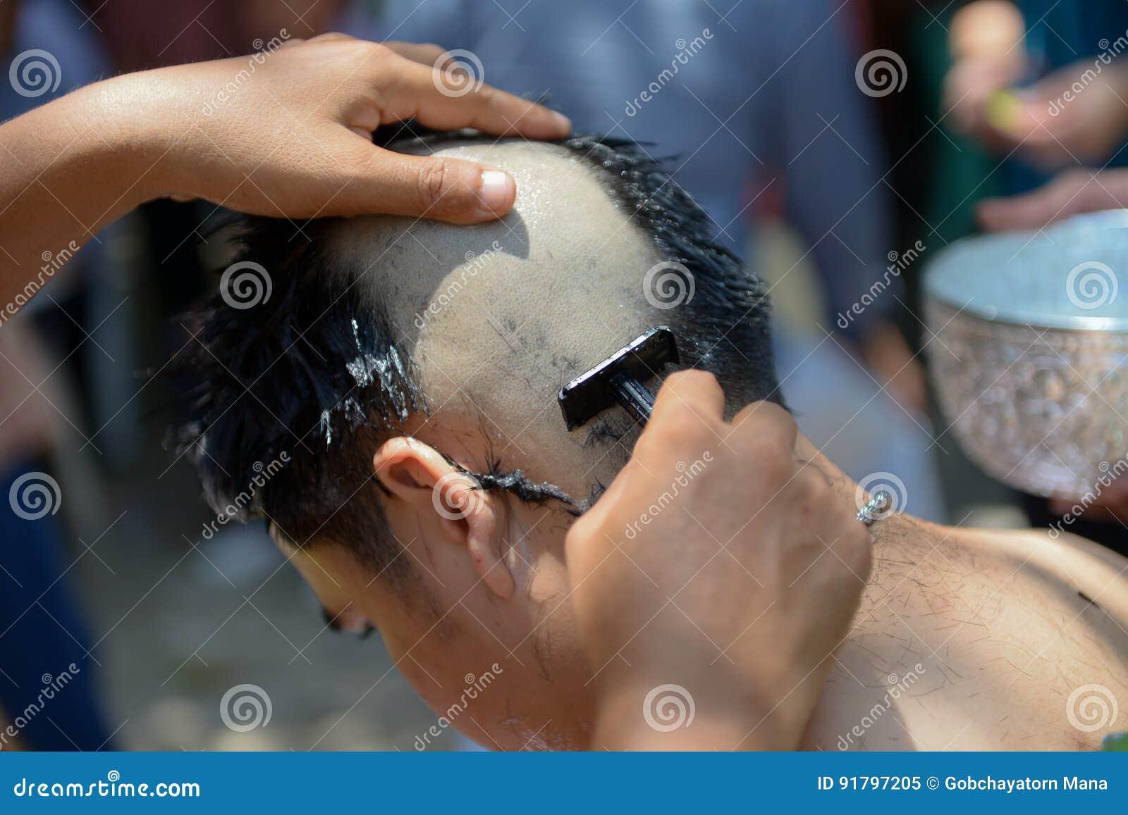Ordinare La Credenza : Rasatura della testa per ordinare come monaco tailandese immagine