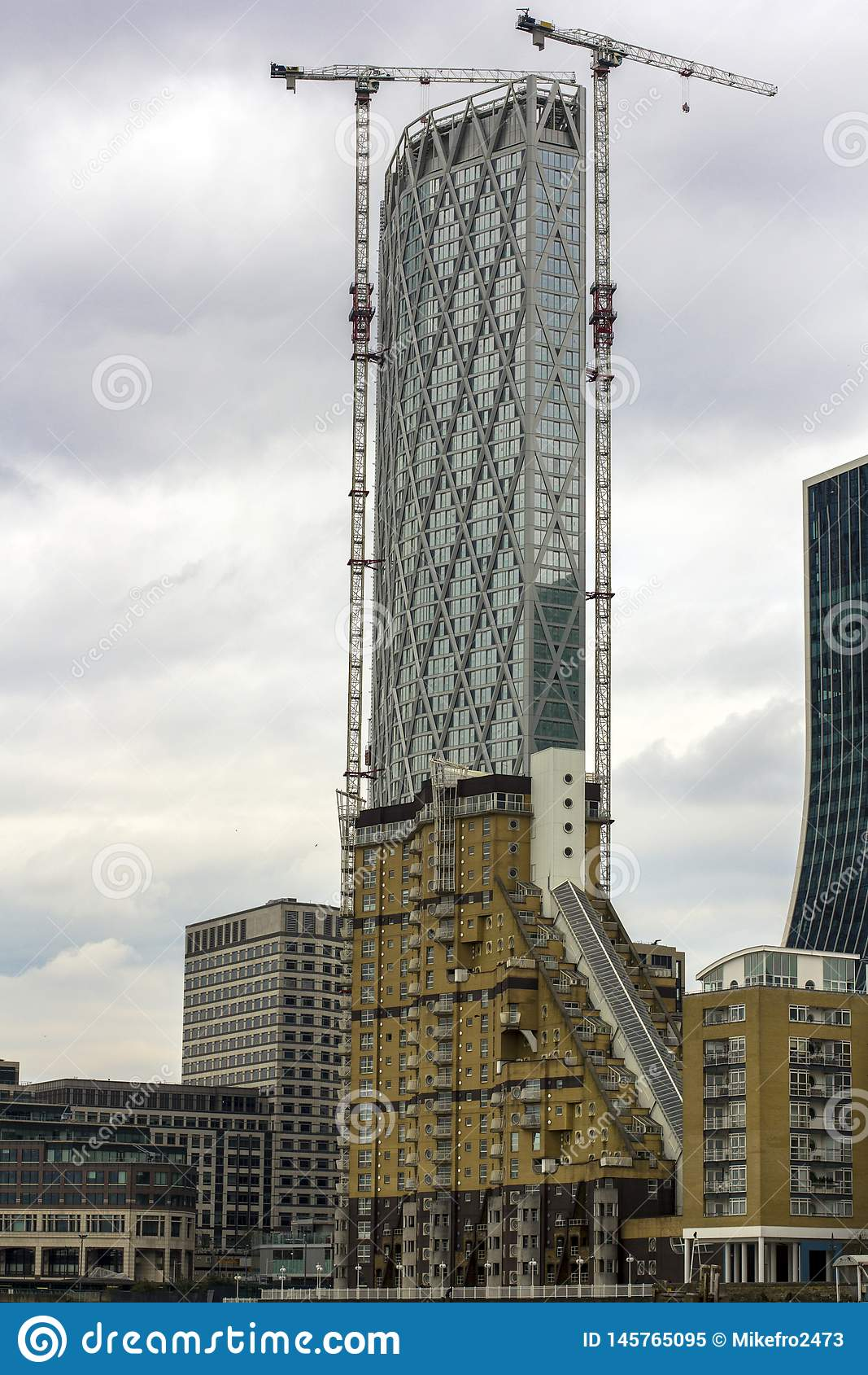Rascacielos bajo construcción en Londres central Edificios altos Edificios residenciales que pasan por alto el Támesis Altas gr?a